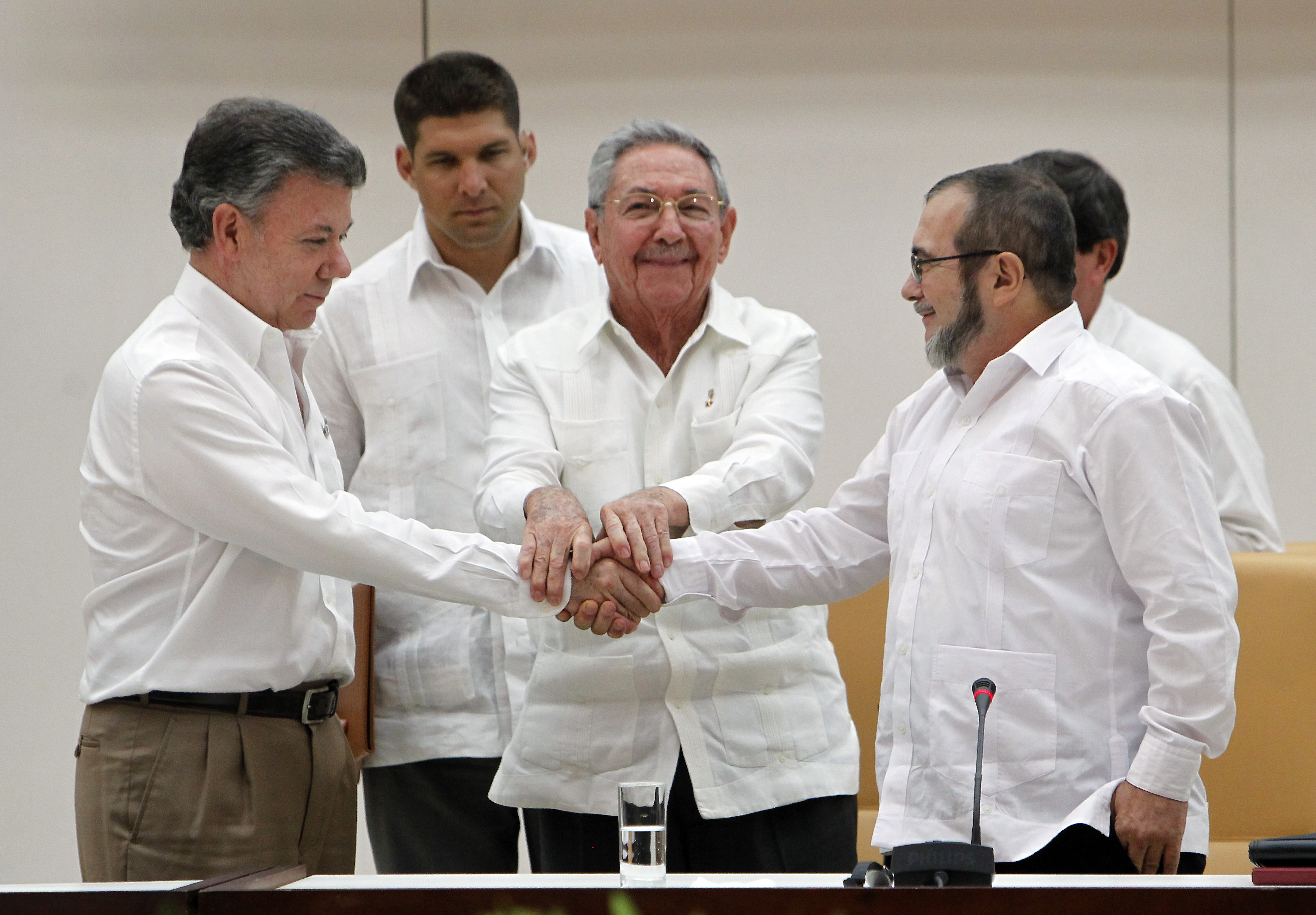 Juan Manuel Santos, president of Colombia (L), Raul Castro, President of Cuba (C) and Rodrigo Londoño, known as  Timoshenko , top leader of the Revolutionary Armed Forces of Colombia (FARC) , shake hands during a meeting about transitional justice agreement on Sept. 23, 2015 in Havana, Cuba.