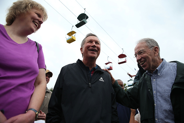 Republican presidential candidate and Ohio Gov. John Kasich (C) talks with U.S. Sen. Chuck Grassley (R) (R-IA) as he tours the Iowa State Fair on August 18, 2015 in Des Moines, Iowa.