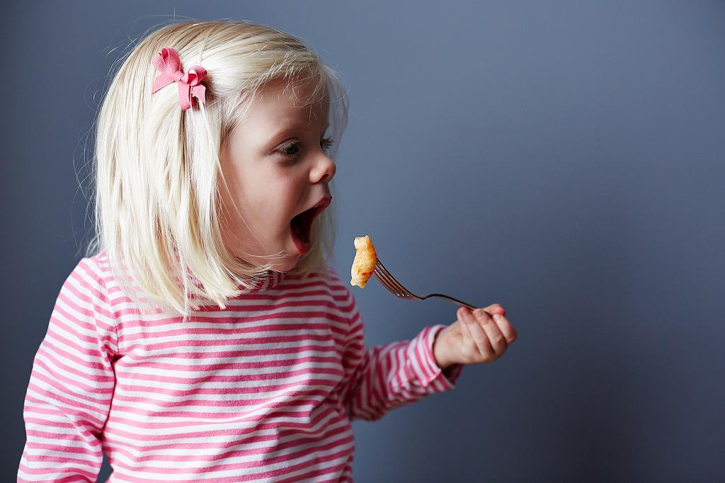 kids-cooking-girl-eating
