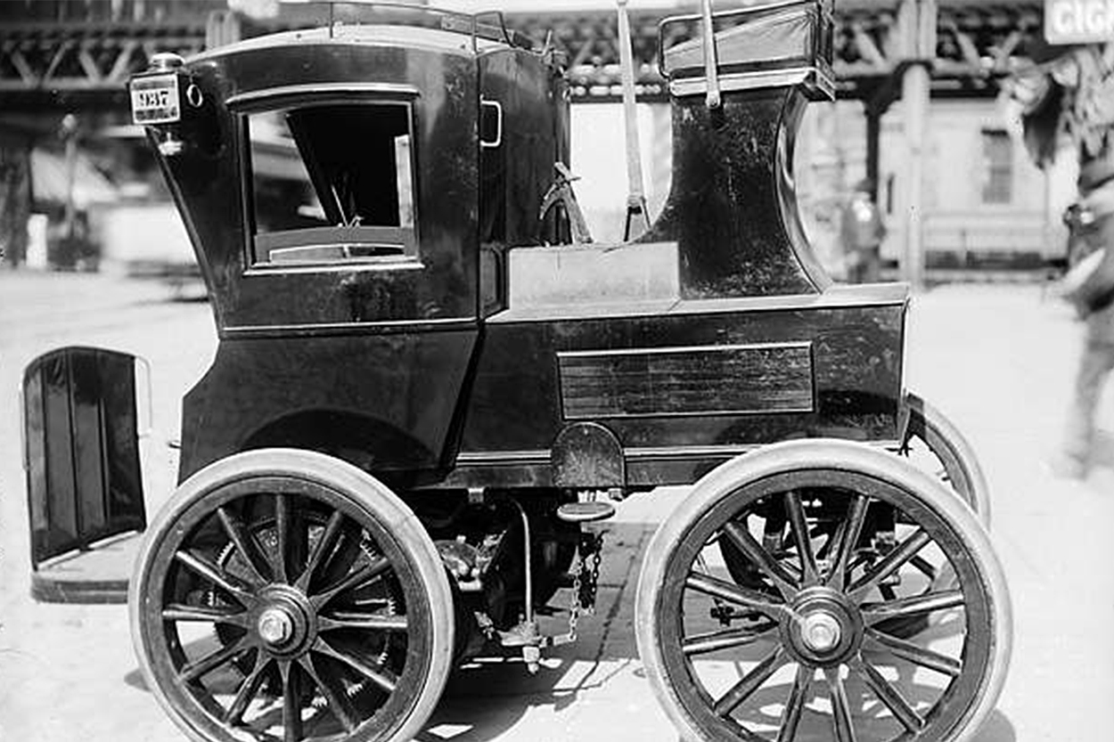 An early electric hansom taxicab on a New York City street, circa 1900. The Electric Carriage and Wagon Company, the first taxicab company in New York City, began operating 12 electric hansom cabs in July 1897—a time when city traffic was overwhelmingly of the horse-drawn variety.