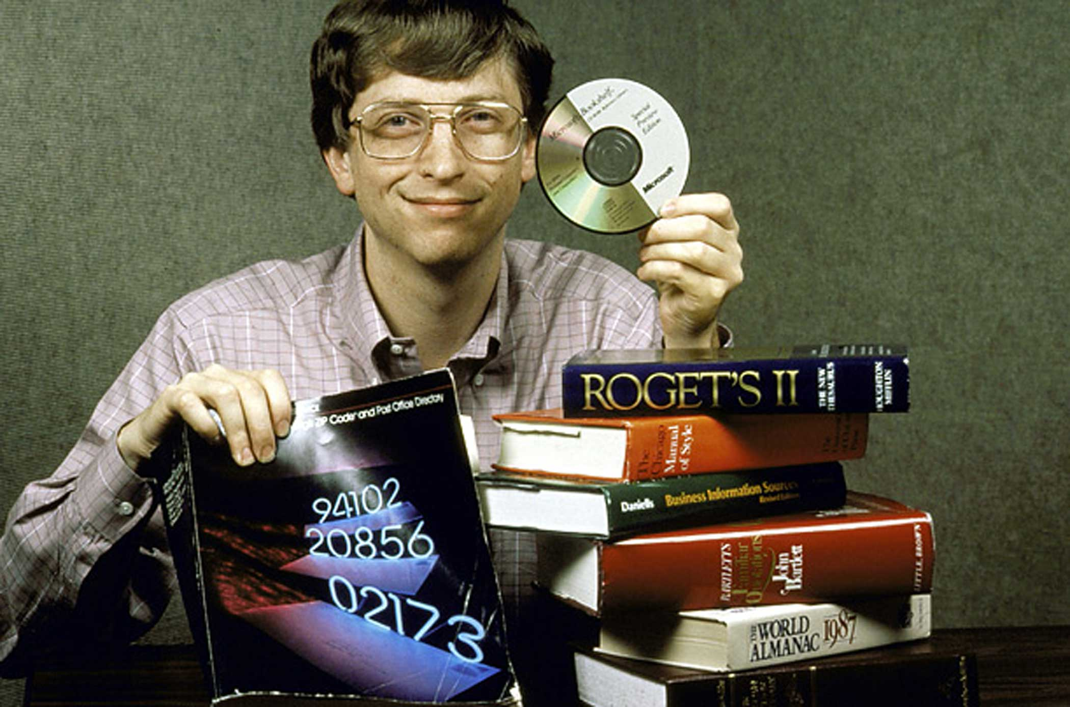 Gates demonstrates the memory power of a CD in 1987.
