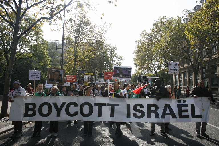 People take part in a pro-Palestinian demonstration on Oct. 10, 2015 in Paris.