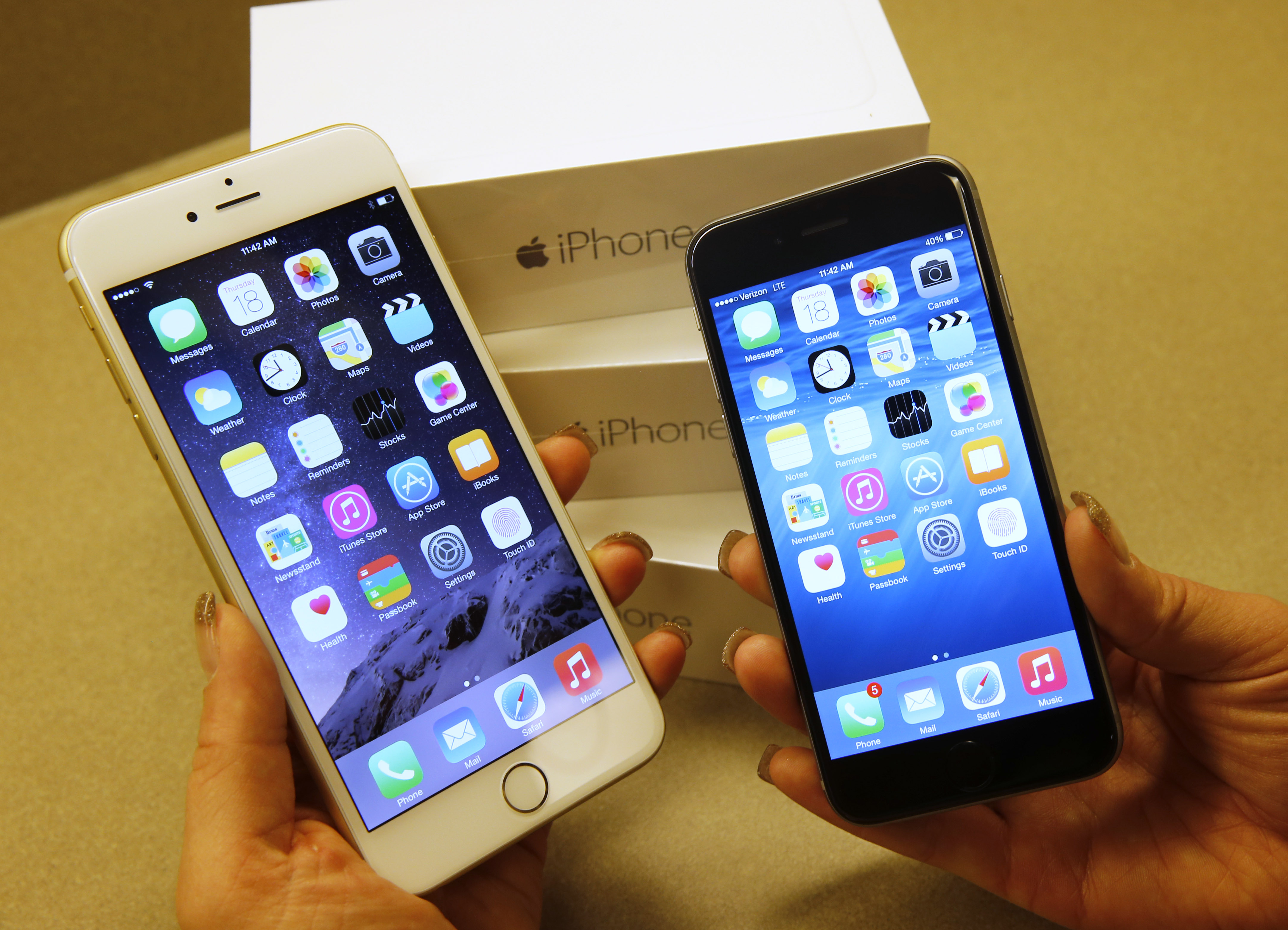 Apple's  iPhone 6 (R) and iPhone 6 Plus (L) phones are shown together at a Verizon store in Orem, Utah on September 18, 2014 in Orem, Utah.