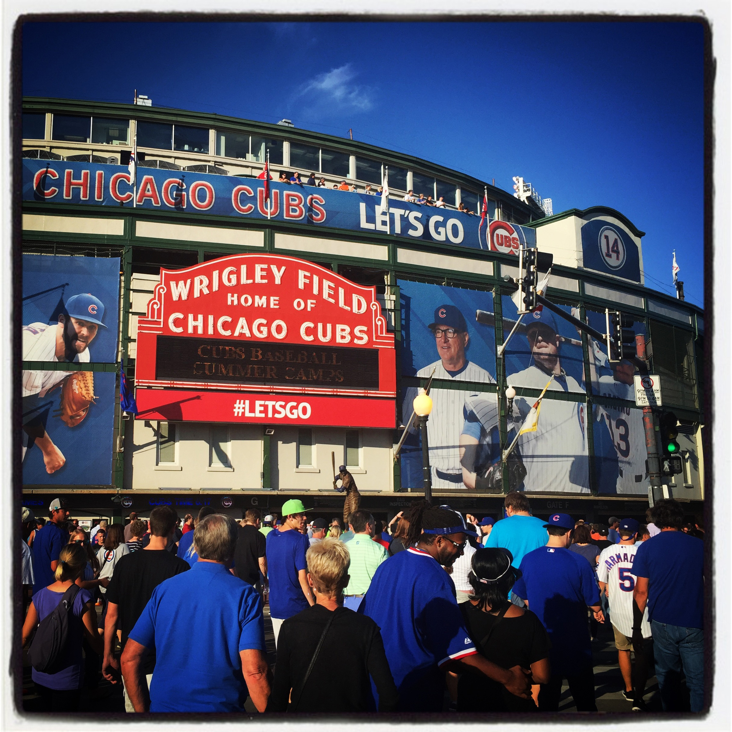 Fans pour into Wrigley Field before tonight's #sfgiants and #Cubs game in Chicago. #instantbaseball #iphone6plus