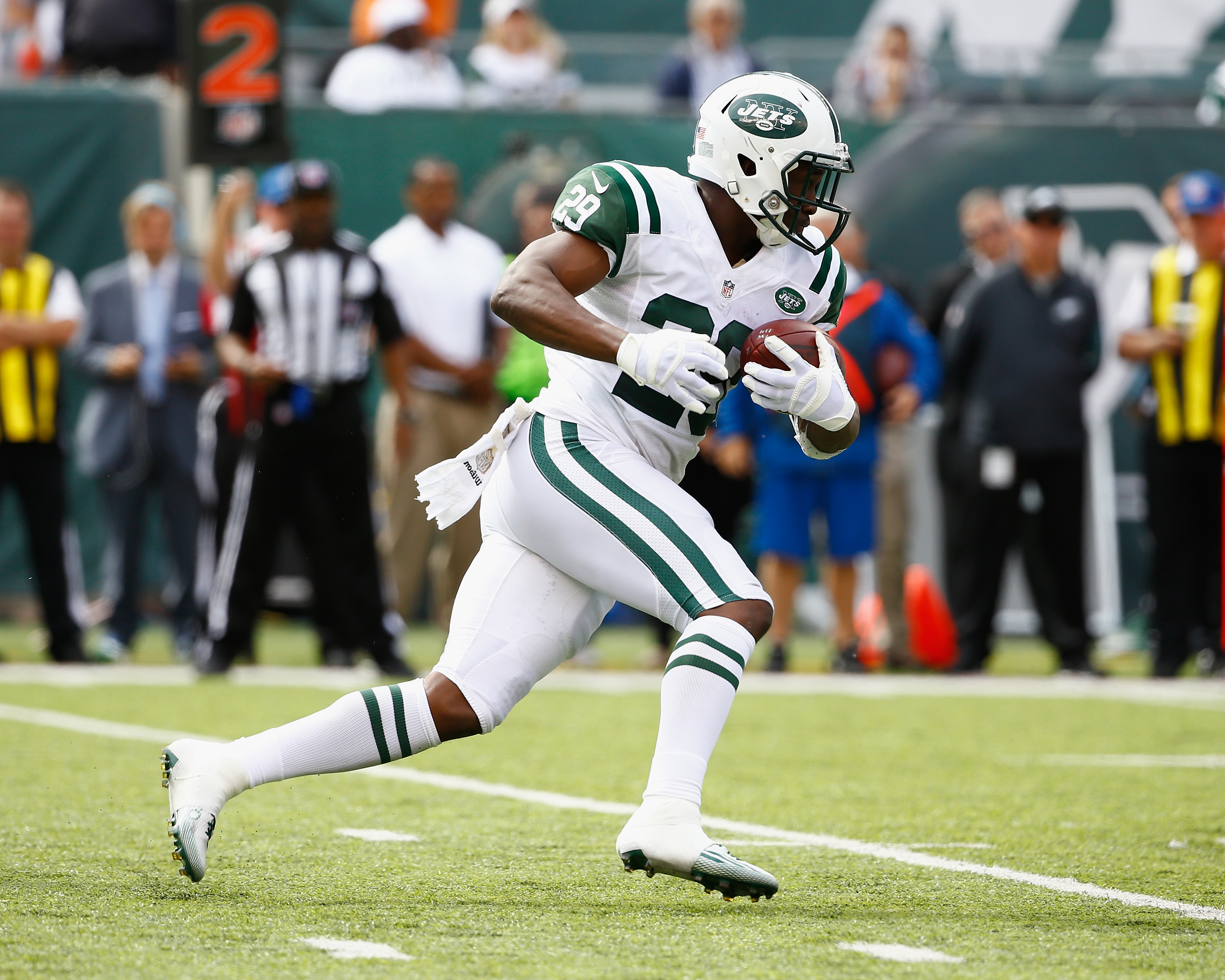 Bilal Powell #29 of the New York Jets runs against the Philadelphia Eagles during their game at MetLife Stadium on September 27, 2015 in East Rutherford, New Jersey.