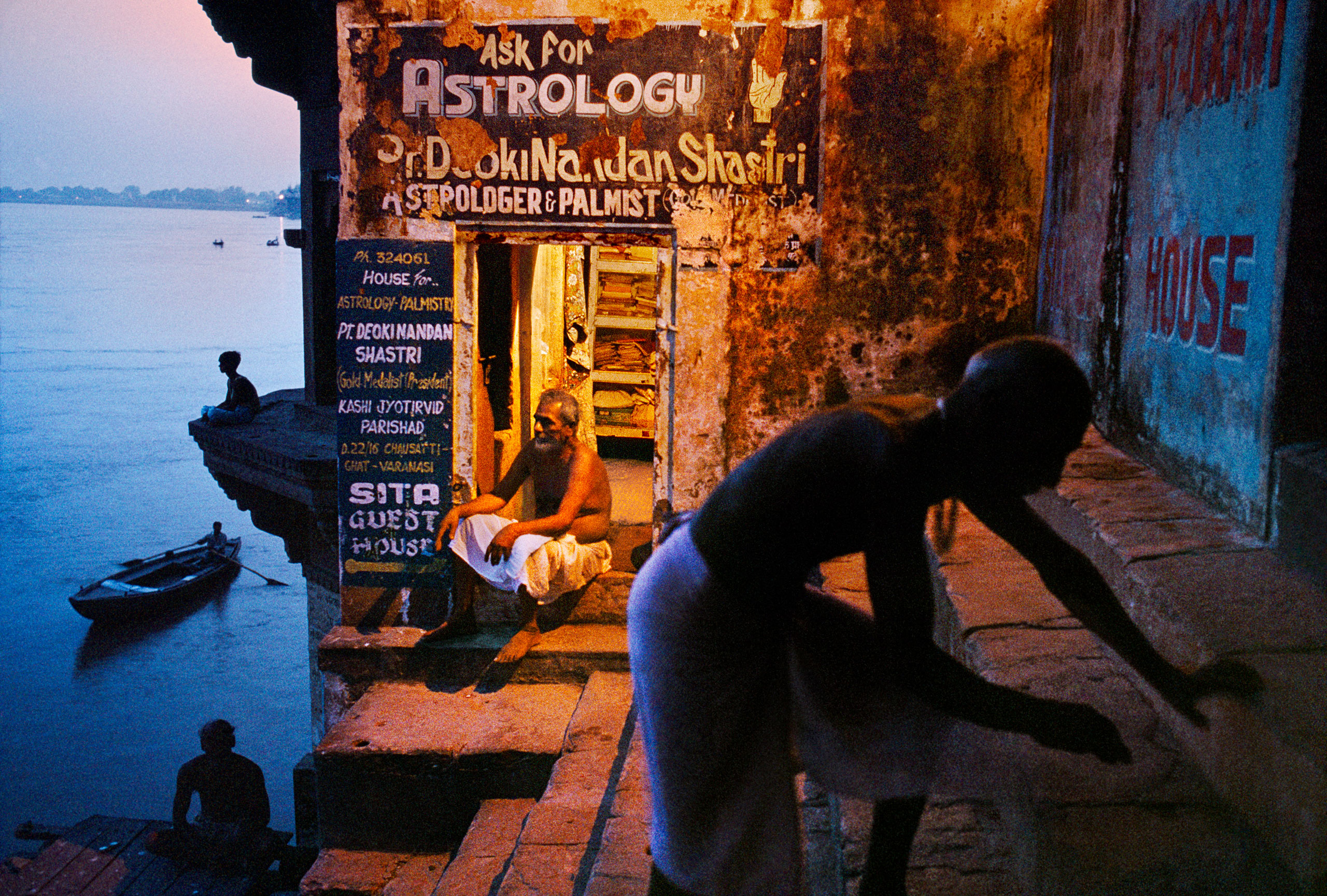 Hindu pilgrims visit shrines and ghats along the River Ganges.                               Varanasi, Uttar Pradesh, 1996