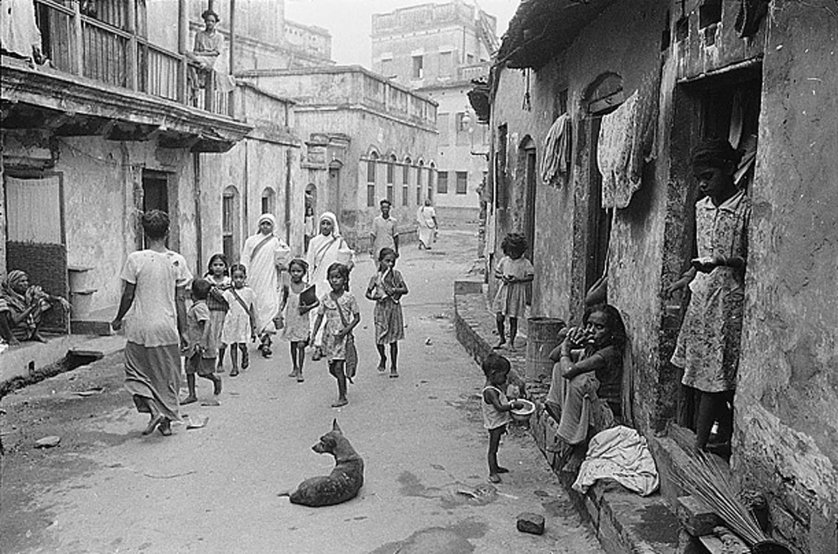 Teresa's ministry arrived at a critical moment in the city's history, when its population was swelling with an influx of refugees from the fighting that had broken out between India and Pakistan upon the end of British rule.