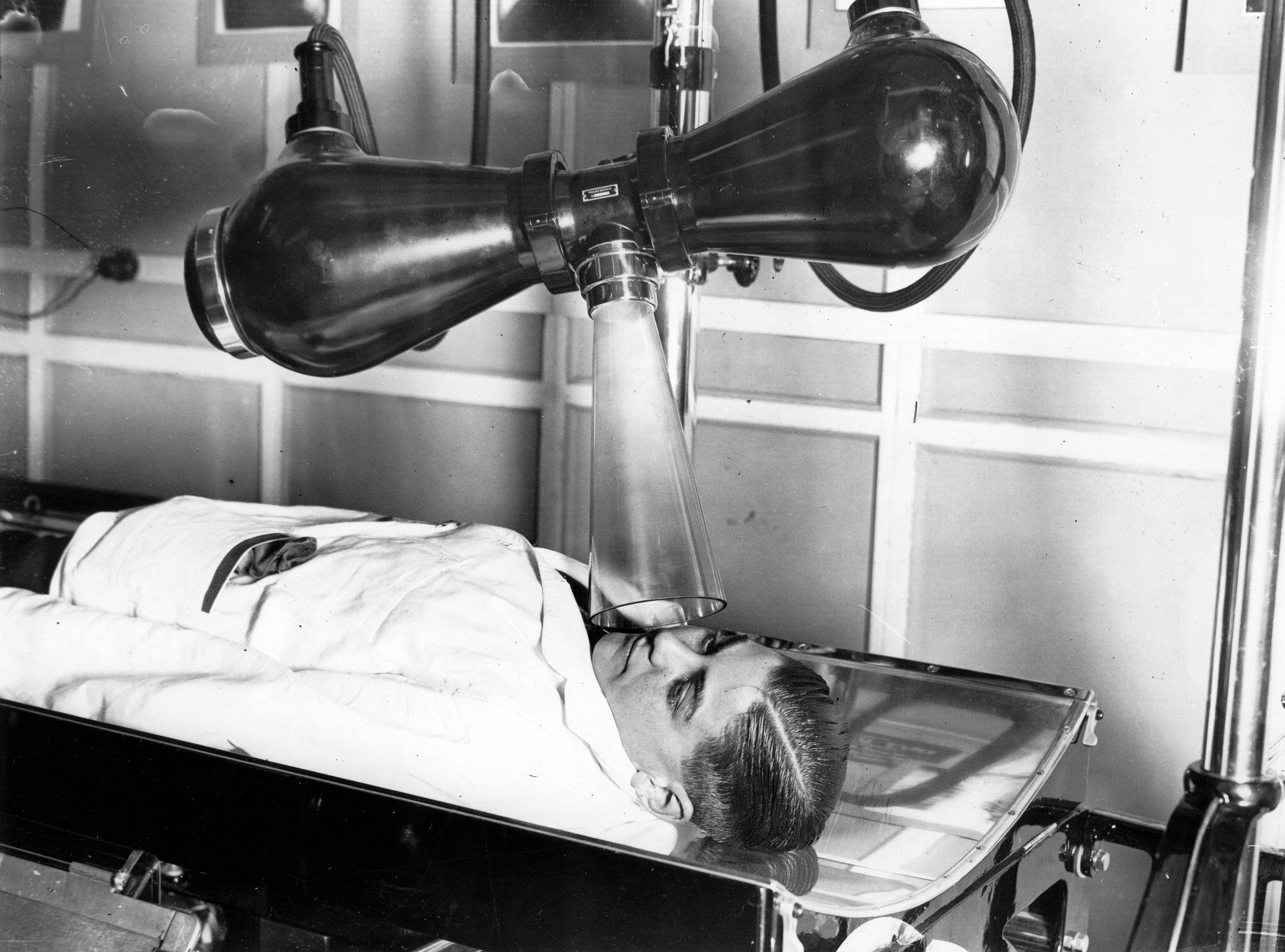An x-ray demonstration with the latest x-ray apparatus. London. 1932.