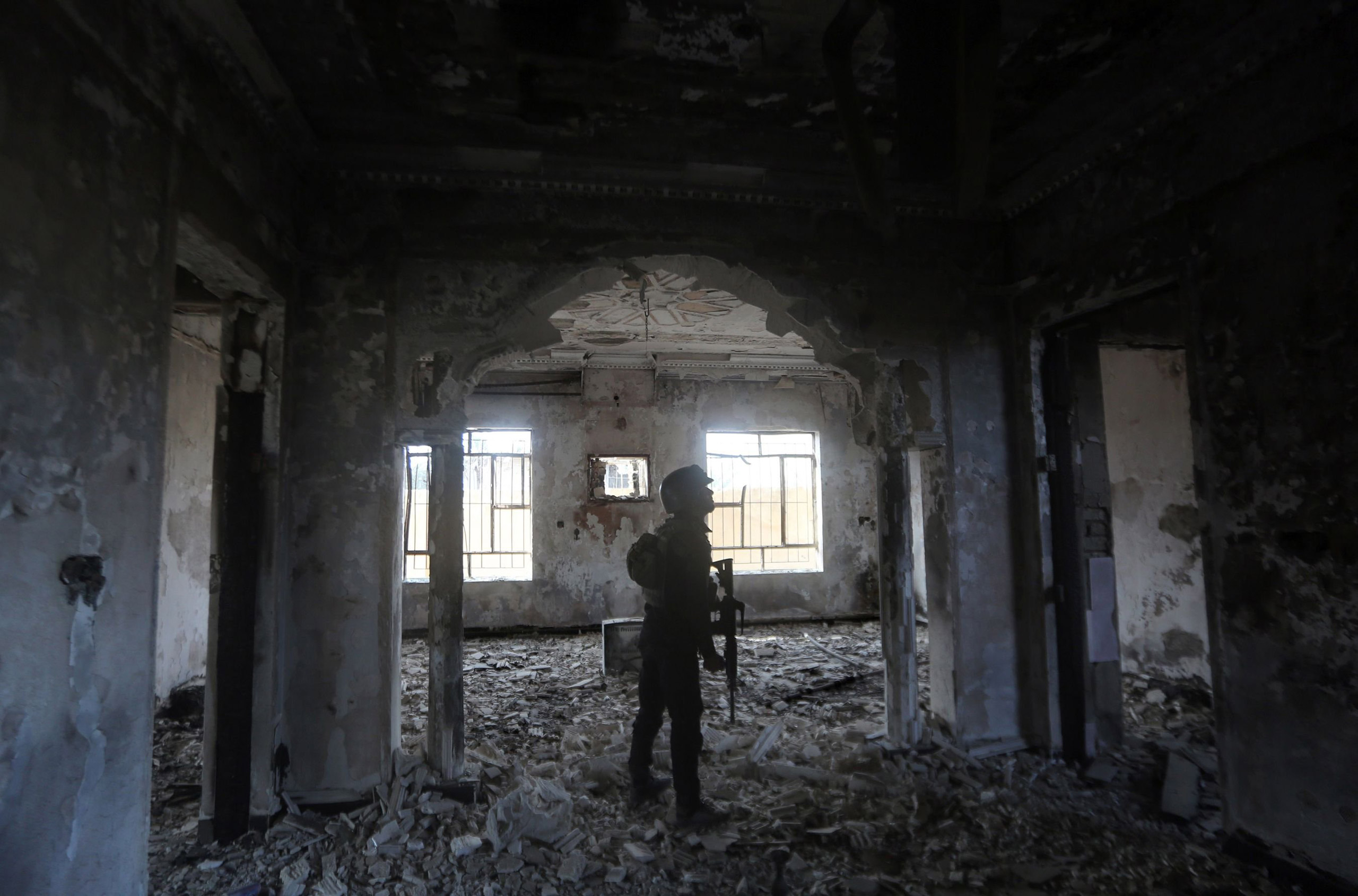 Members of Iraq's elite counter-terrorism service search a heavily damaged building in Ramadi on Dec. 27, 2015.