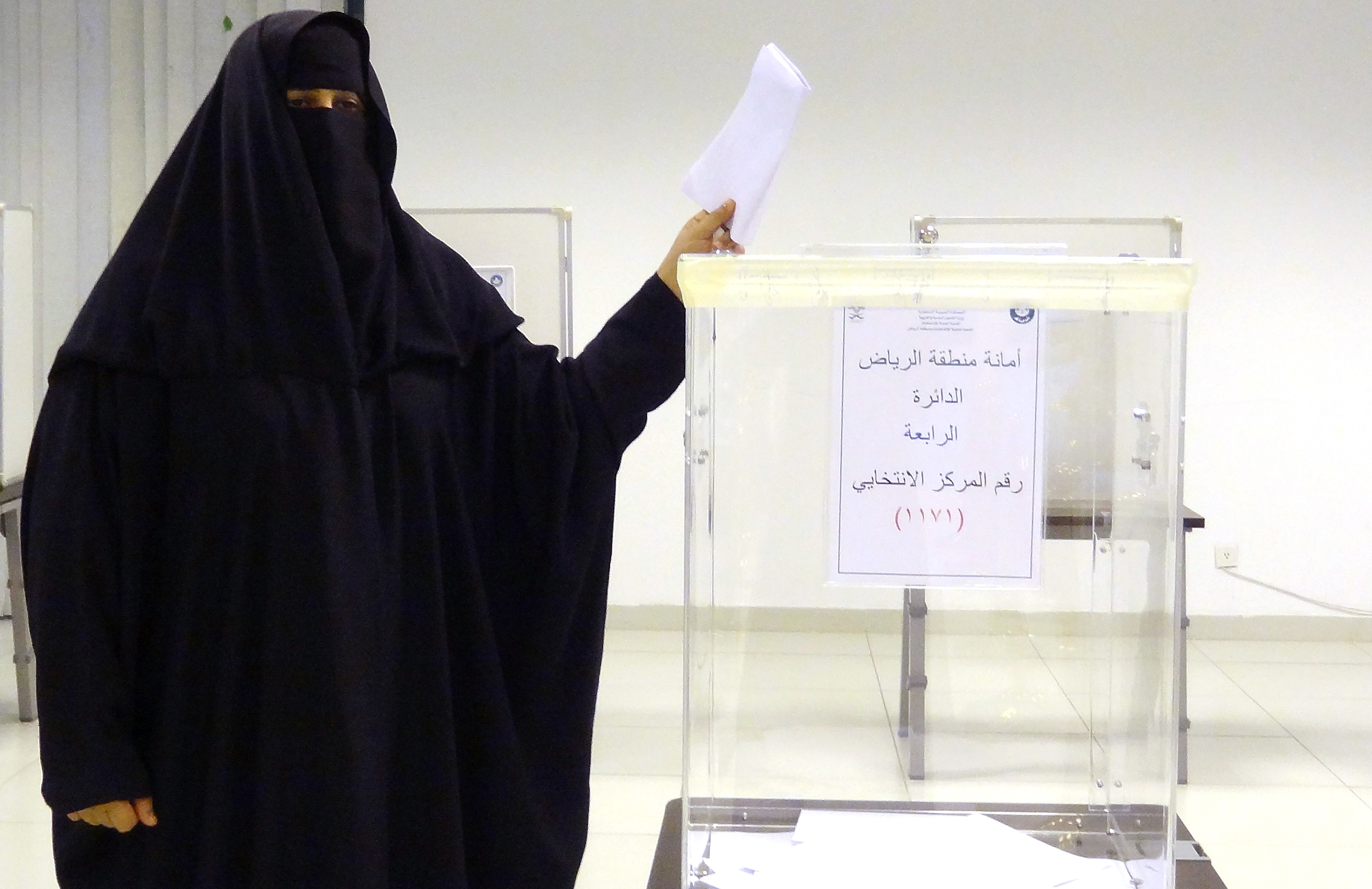 A Saudi woman casts her ballot in an election centre in the Saudi capital of Riyadh, on Dec.12, 2015.