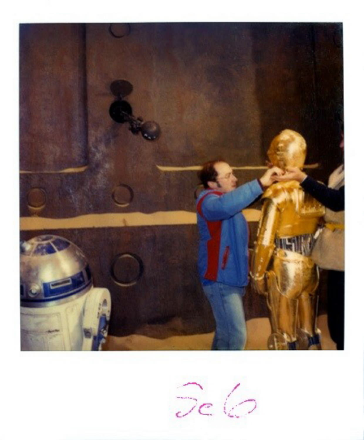 R2-D2 and C-3PO in front of Jabba's Palace