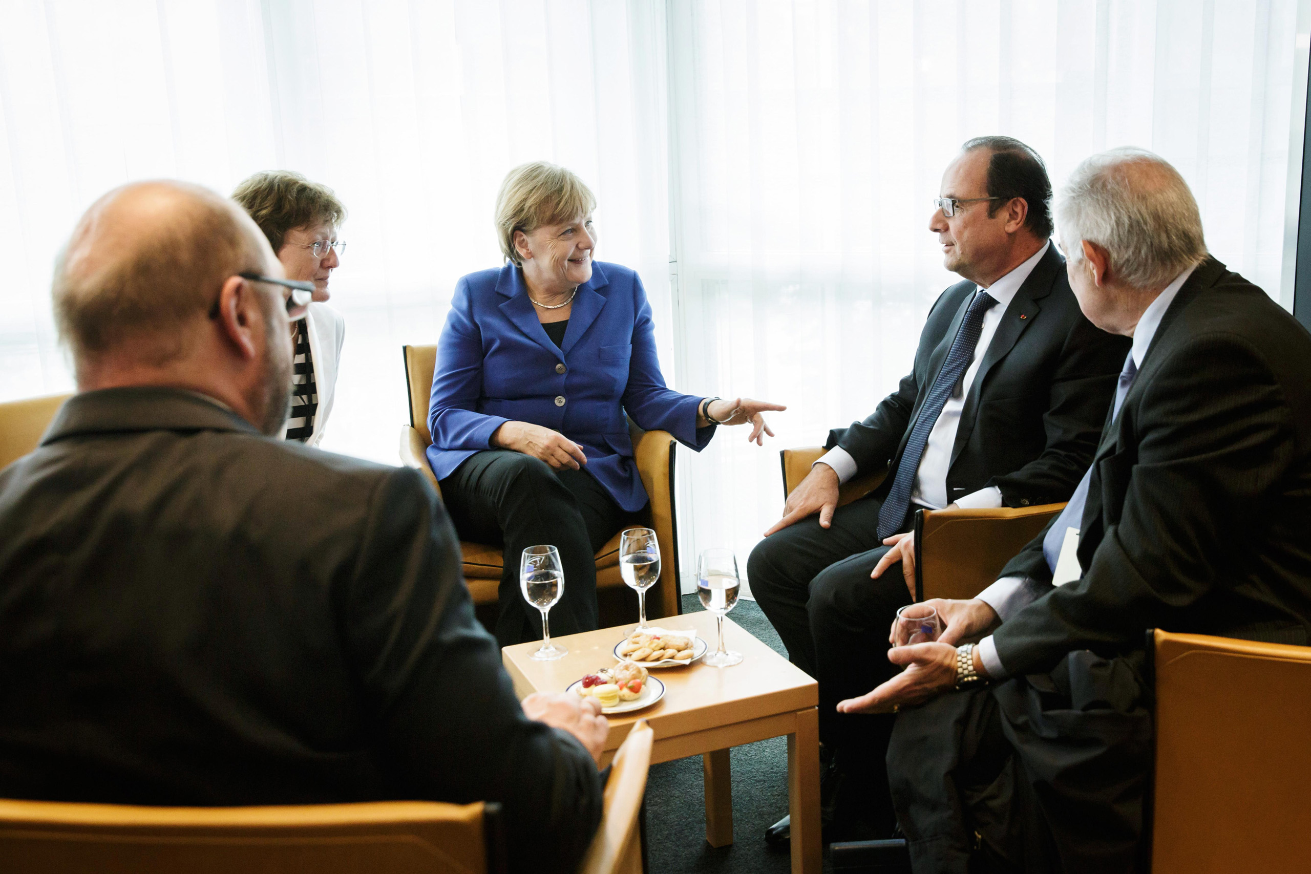 Chancellor Merkel in a discussion with Martin Schulz (President of European Parliament; left) and French president Francois Hollande in the European Parliament Building in Strasbourg, France. Oct. 7, 2015.