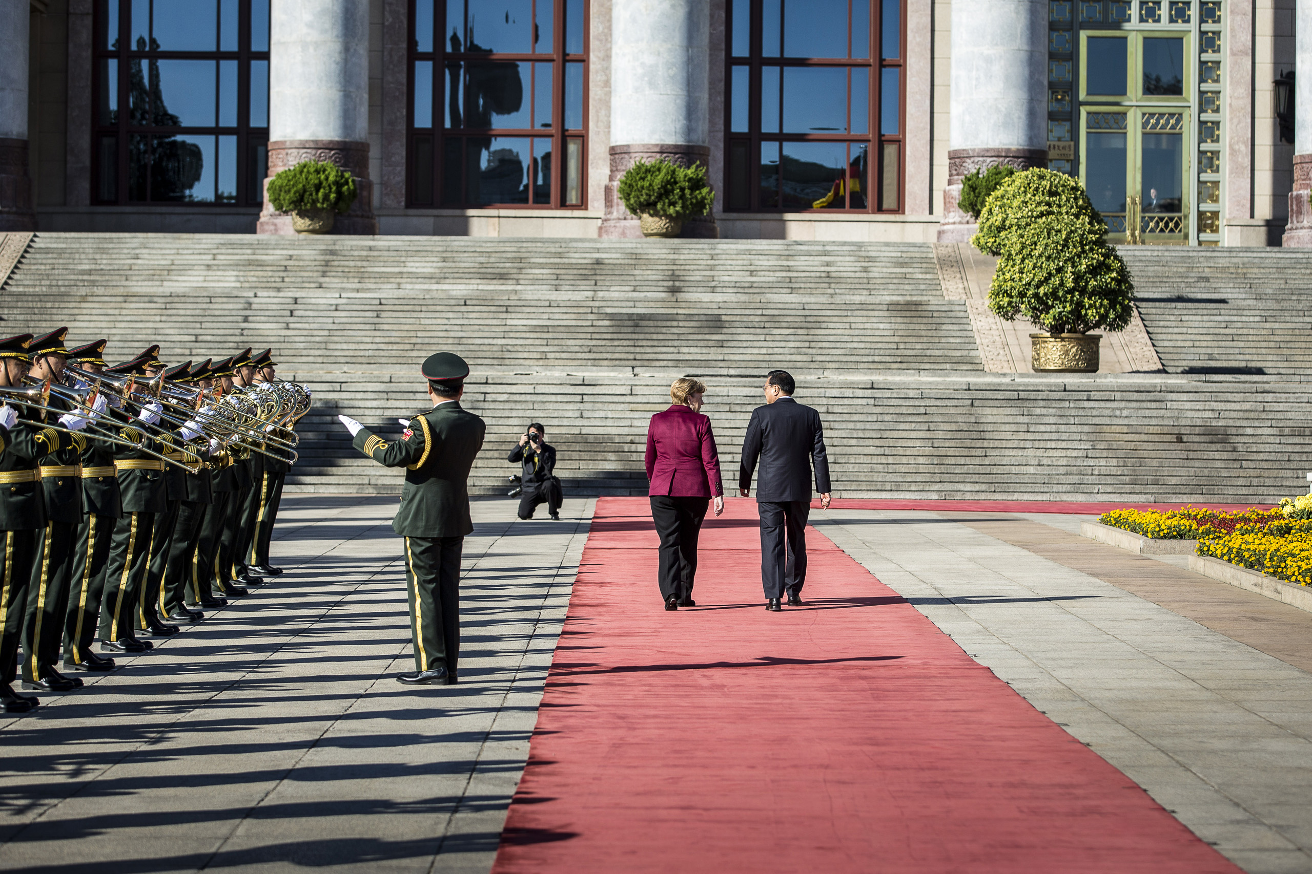 Chinese Premiere Li Keqiang receives Chancellor Angela Merkel with Military Honors in front of Great Hall of the People in Bejing, China. Oct. 29, 2015.