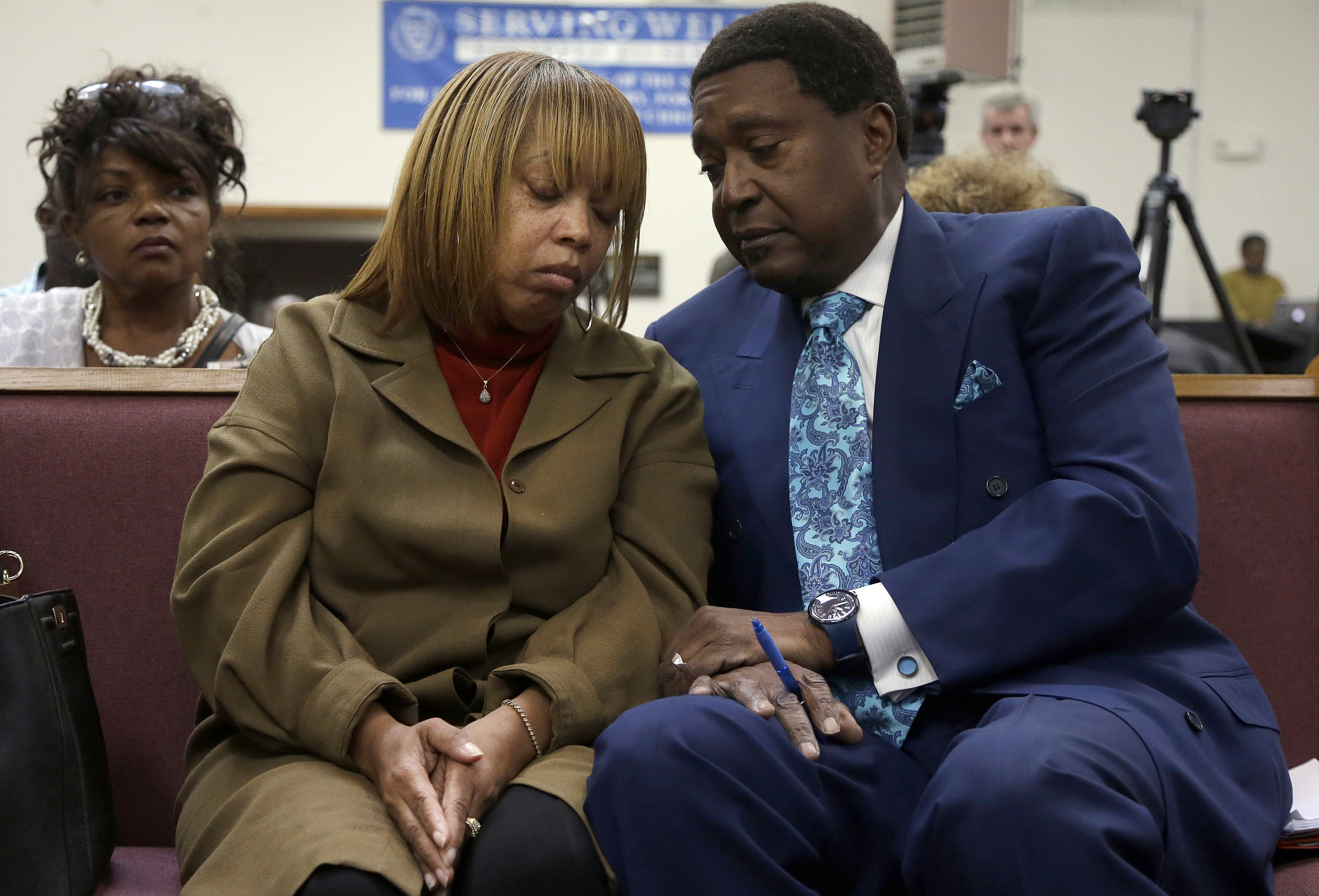 Attorney John Burris, right, talks with Gwendolyn Woods, the mother of Mario Woods, the man killed by San Francisco police after they say he appeared to raise a knife and approach an officer, San Francisco, Jan. 18, 2016