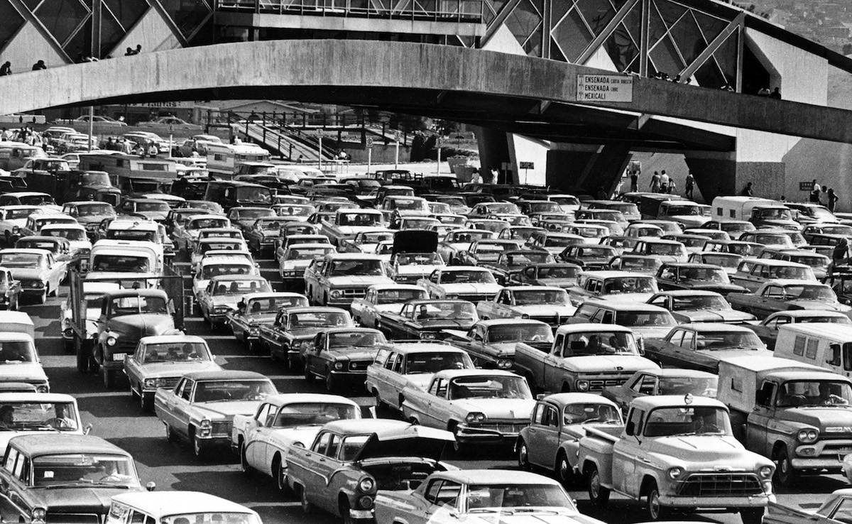 Gigantic traffic jams at the U.S. border to Mexico in 1969 are the result of  Operation Intercept,  a campaign by U.S. President Nixon to stop narcotics and marijuana smuggling.