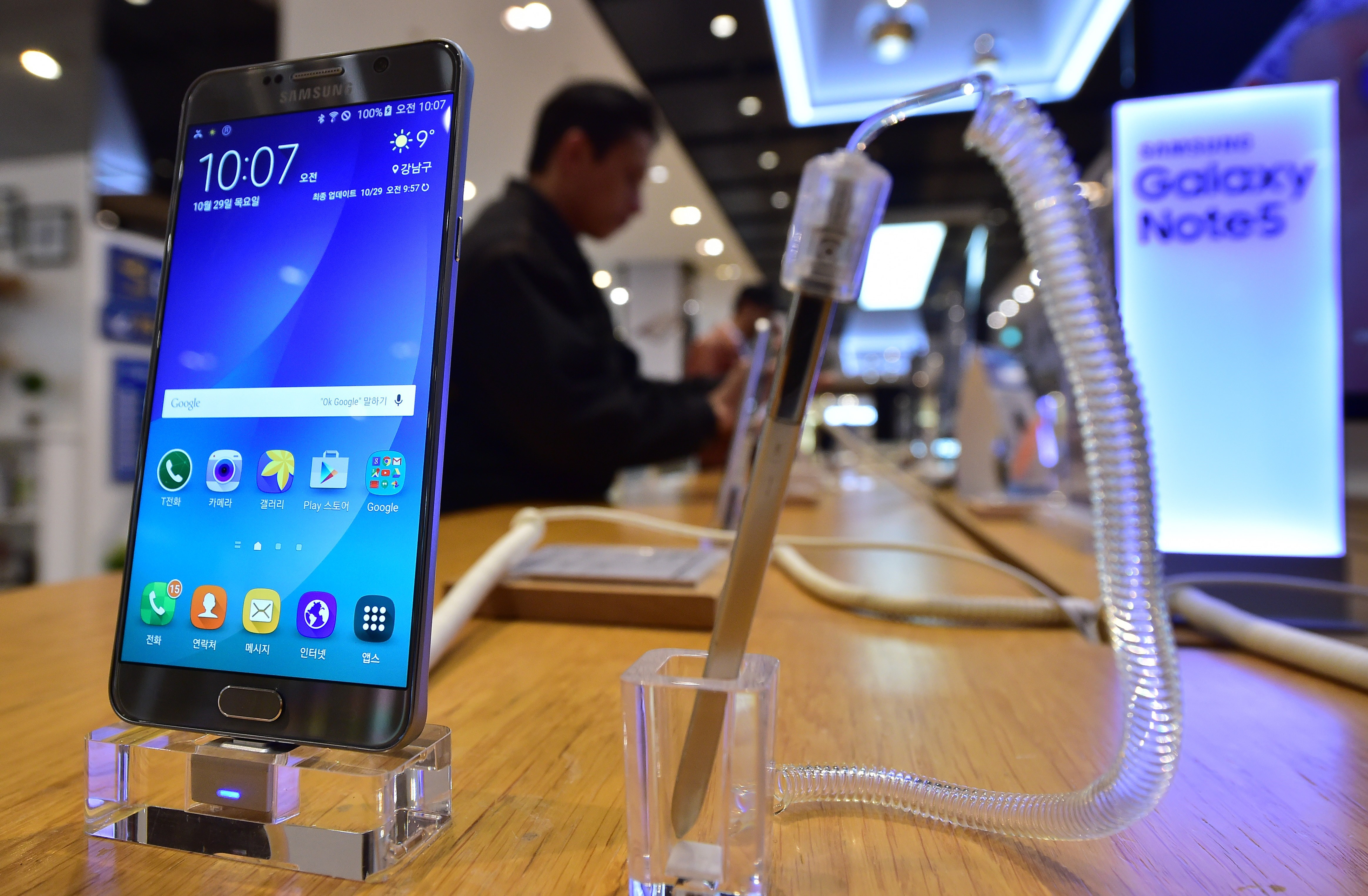 A man looks at Samsung Electronics' Galaxy Note5 at its showroom in Seoul on October 29, 2015.