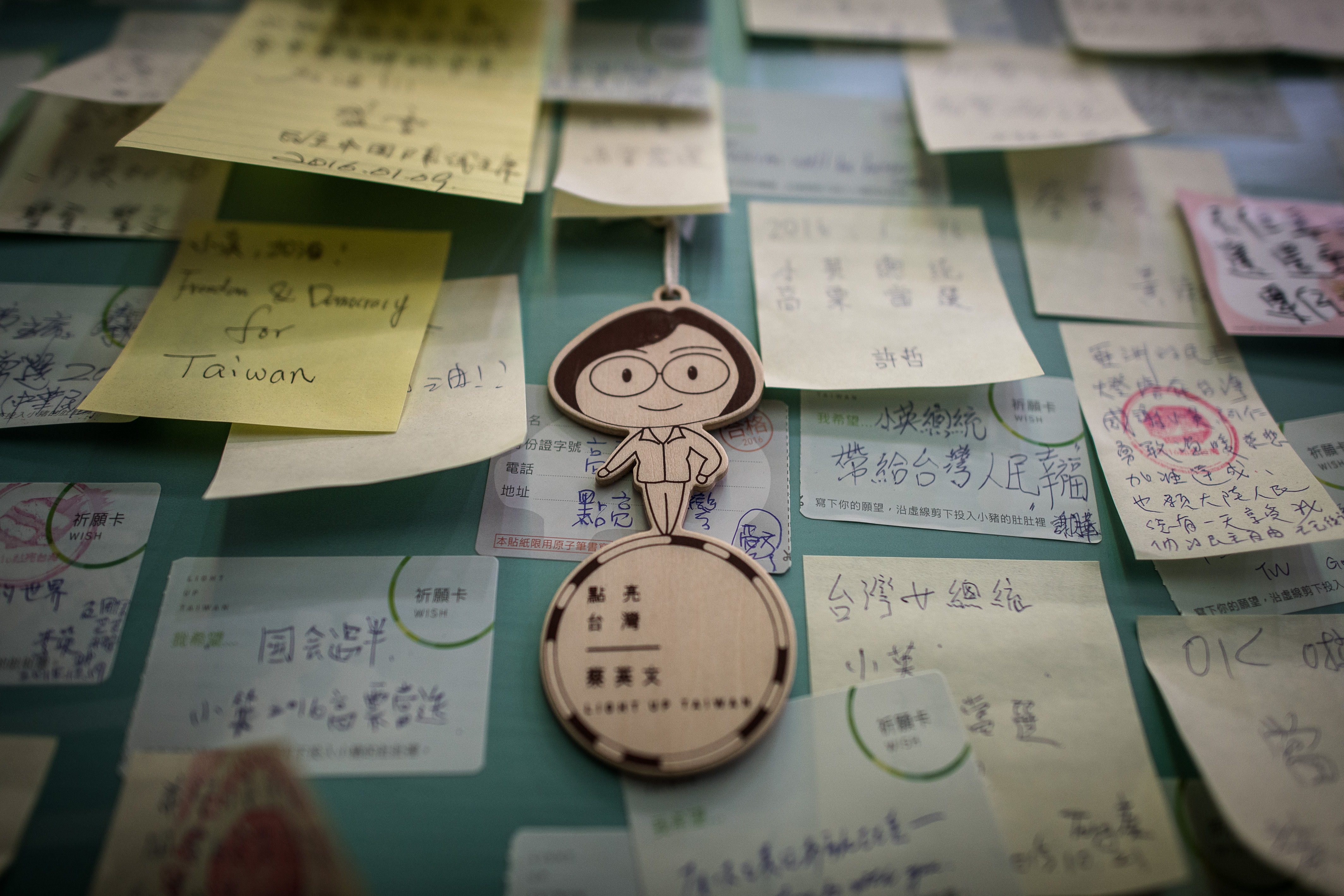 A figurine depicting Democratic Progressive Party presidential candidate Tsai Ing-wen hangs with messages of support in Taipei on Jan. 12, 2016