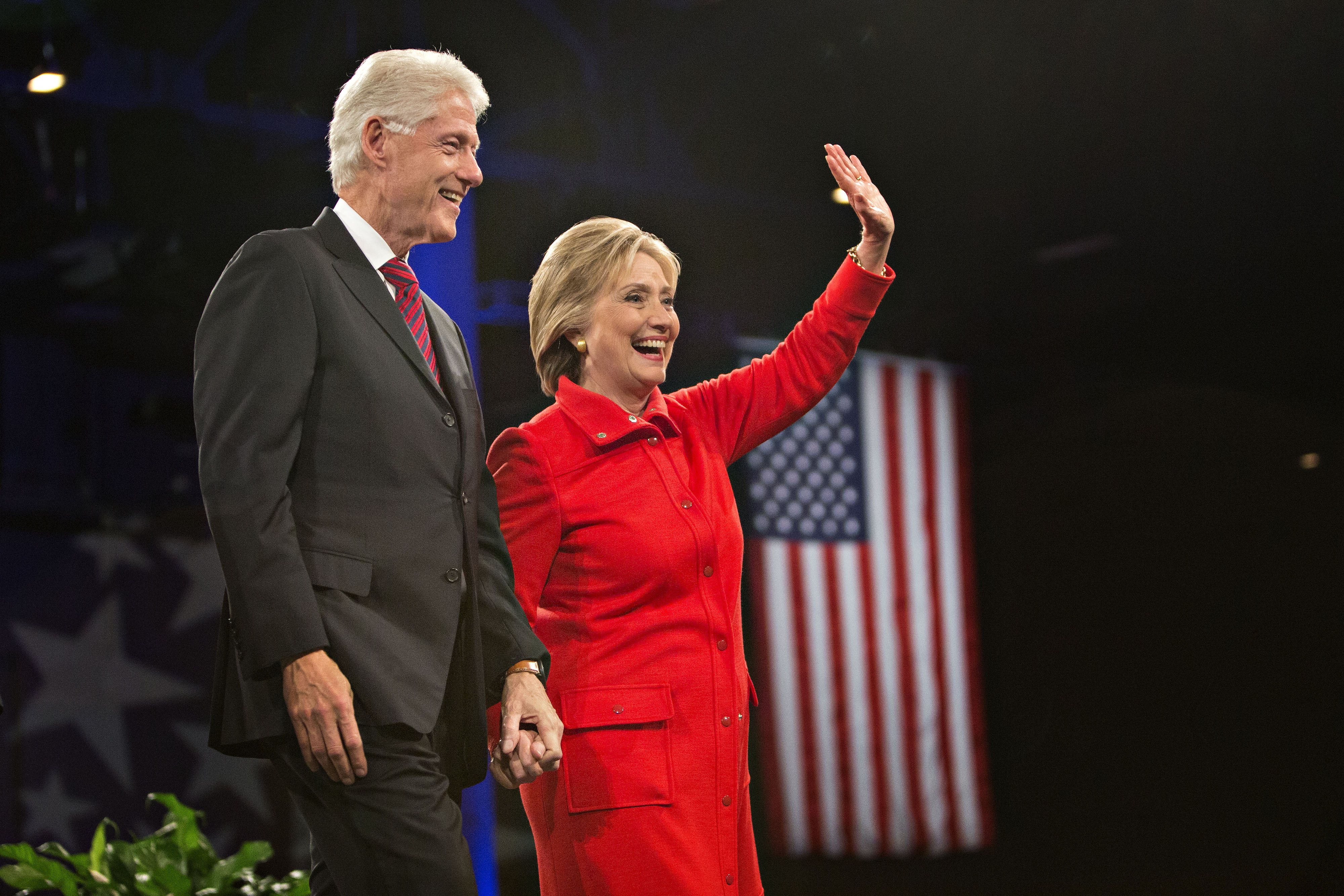Hillary Clinton, former U.S. secretary of state and 2016 Democratic presidential candidate, right, stands on stage with husband Bill Clinton, former U.S. president, at the conclusion of the Jefferson-Jackson Dinner in Des Moines, Iowa, U.S., on Oct. 24, 2015.
