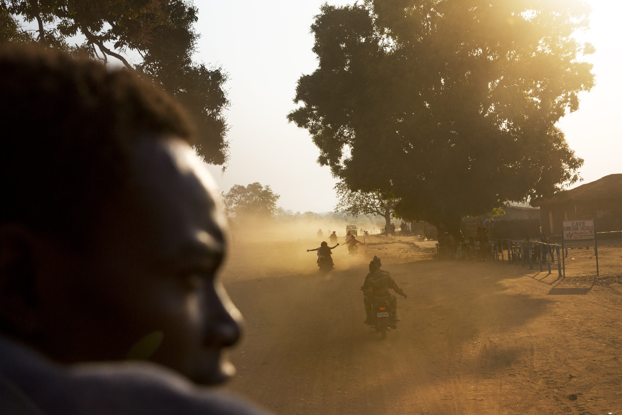 Supporters of candidate Constant Gouyomgbia Kongba Zeze (nicknamed GKZ) escort his vehicle to the airport in Kaga Bandoro, a town still controlled by ex-Séléka leaders, Central African Republic, Dec. 27, 2015.