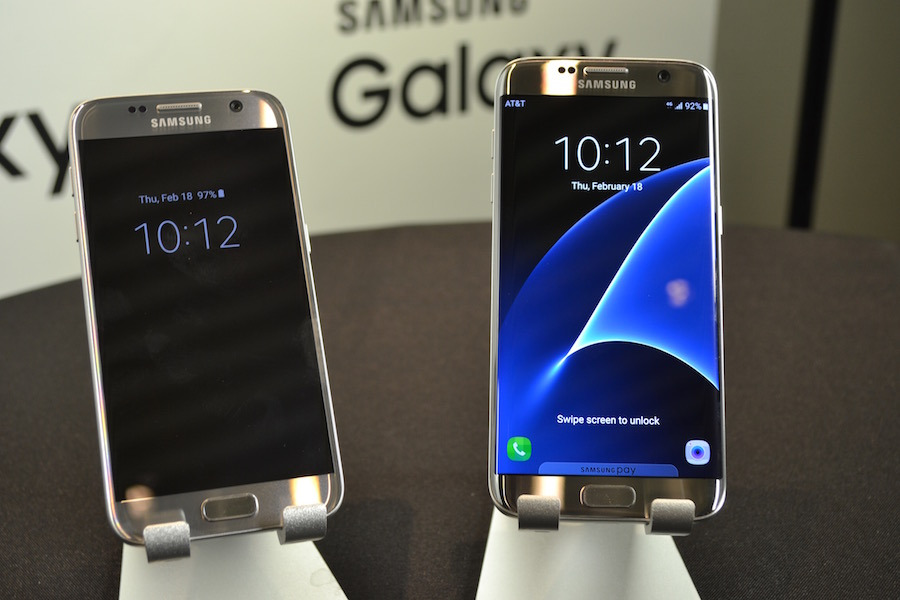 The Galaxy S7 (left) and Galaxy S7 Edge (Right)