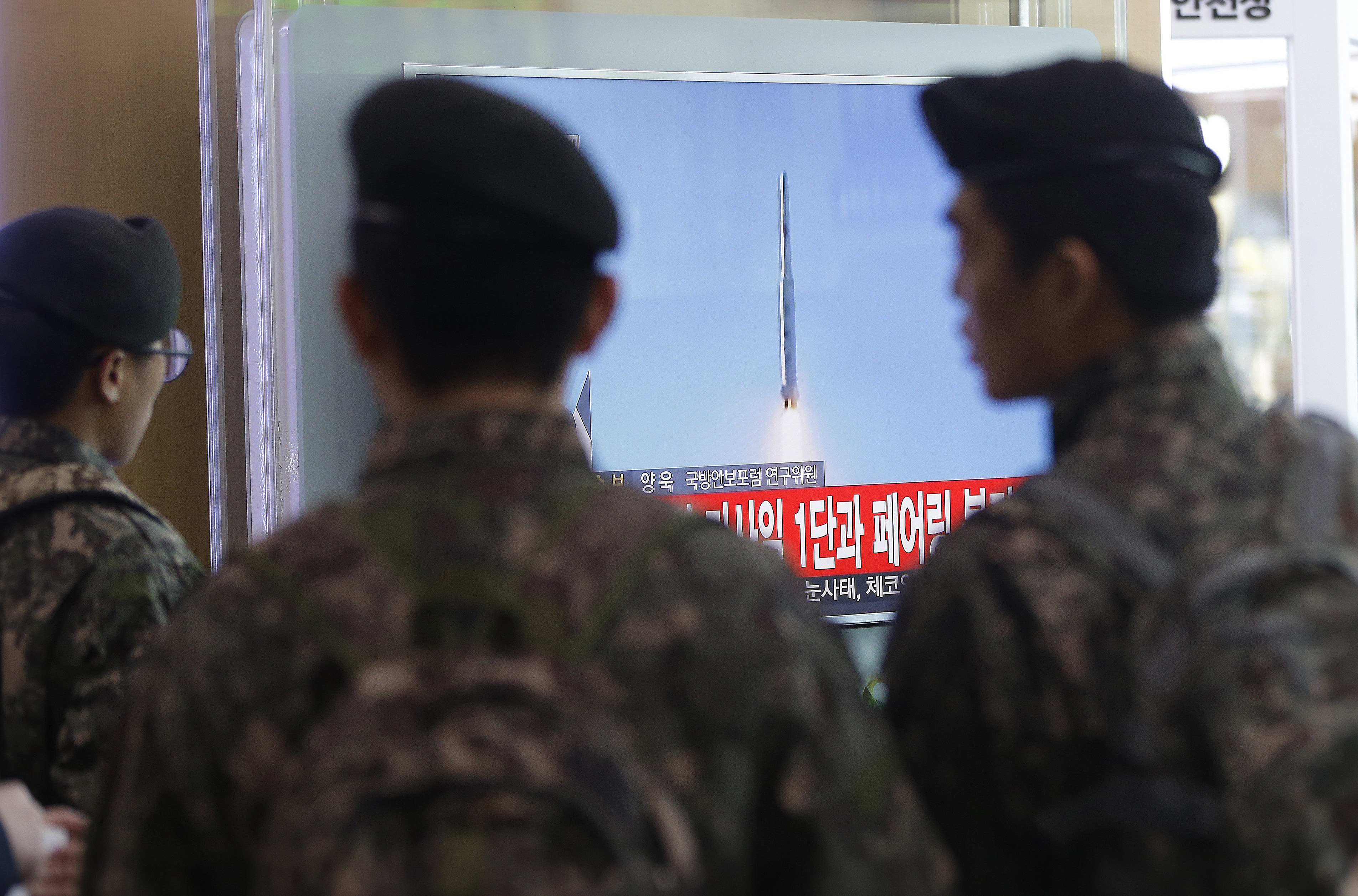 South Korean army soldiers watch a TV news program with a file footage about North Korea's rocket launch at Seoul Railway Station in Seoul, South Korea on Feb. 7, 2016.