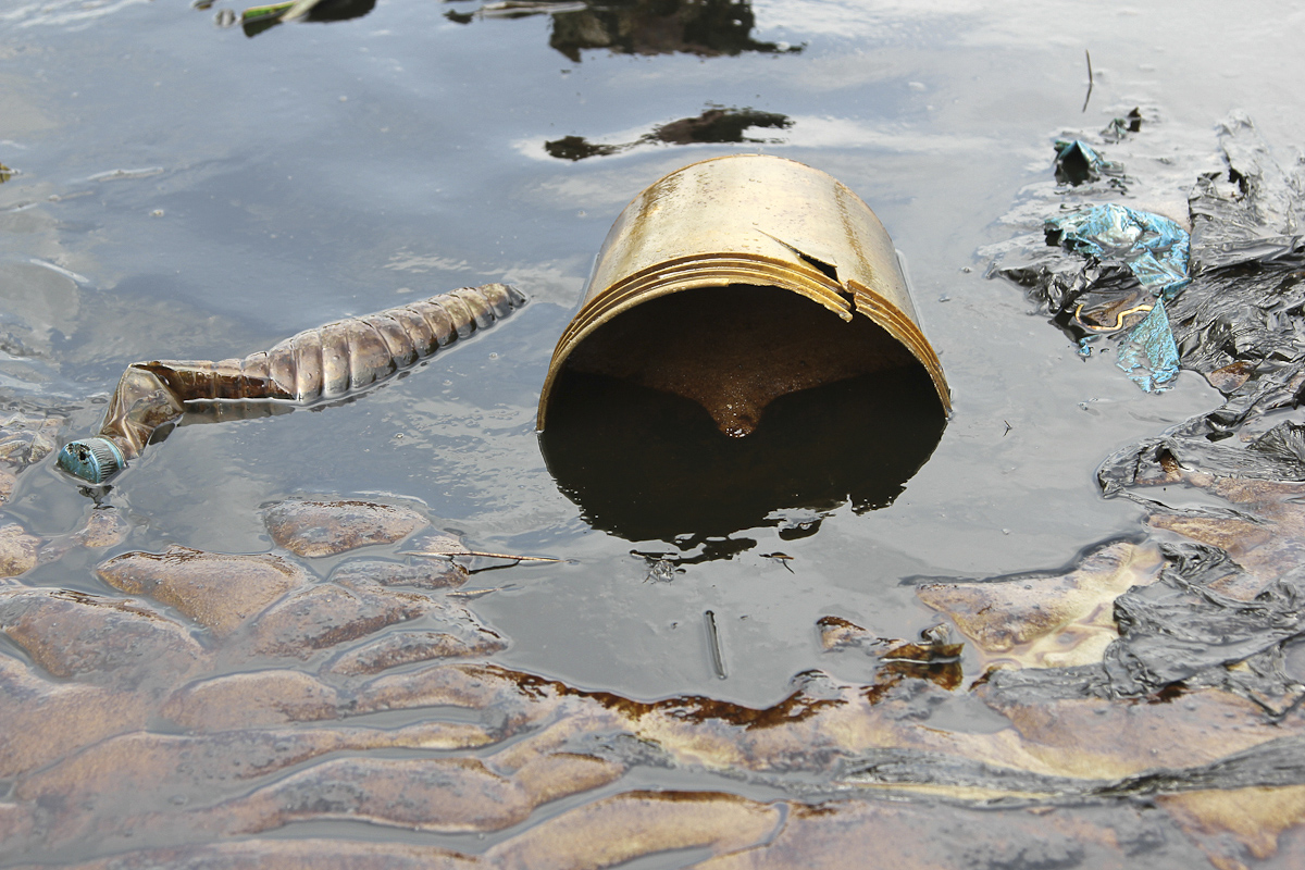 Crude oil flows at the banks of a river, after a Shell pipeline leaked, in the Oloma community in Nigeria's delta region November 27, 2014.