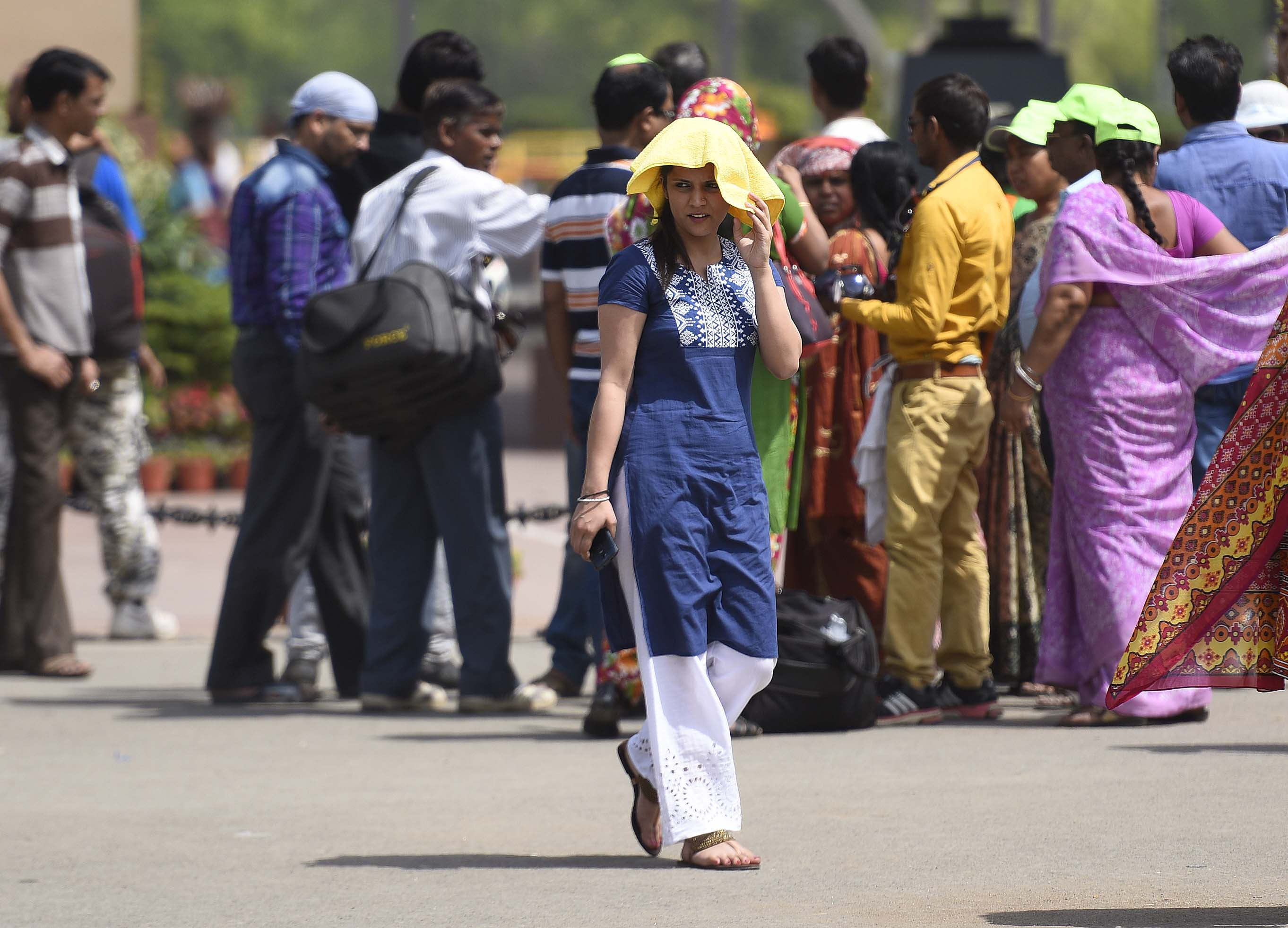 People cover themselves to protect against the hot summer day, as the heat-wave conditions prevailed in northern India with the maximum temperature settling at 38.9°C, five notches above normal on April 2, 2016, in New Delhi