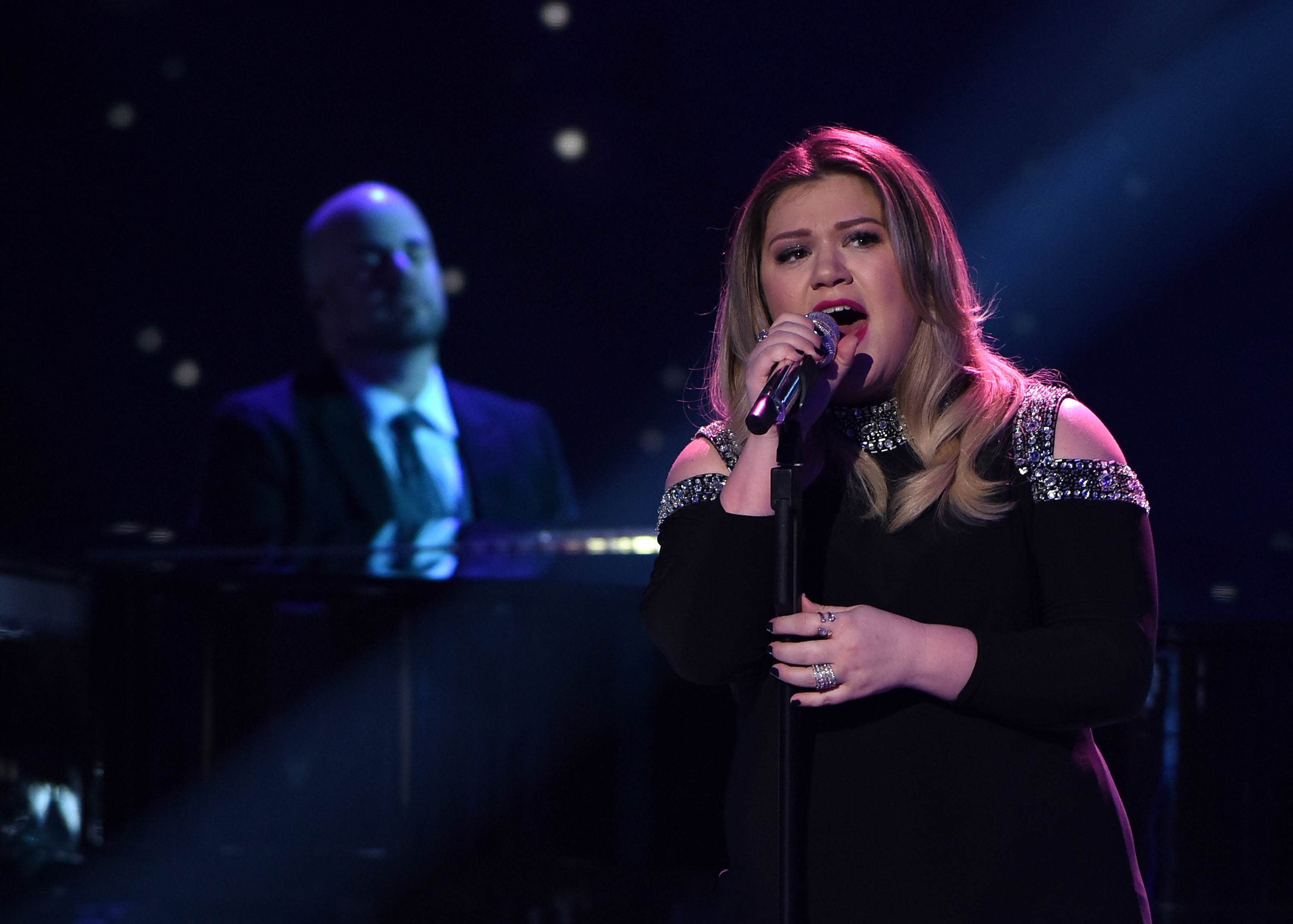 Guest judge and Season 1 winner Kelly Clarkson performs onstage at FOX's American Idol Season 15 on February 25, 2016 in Hollywood, California.