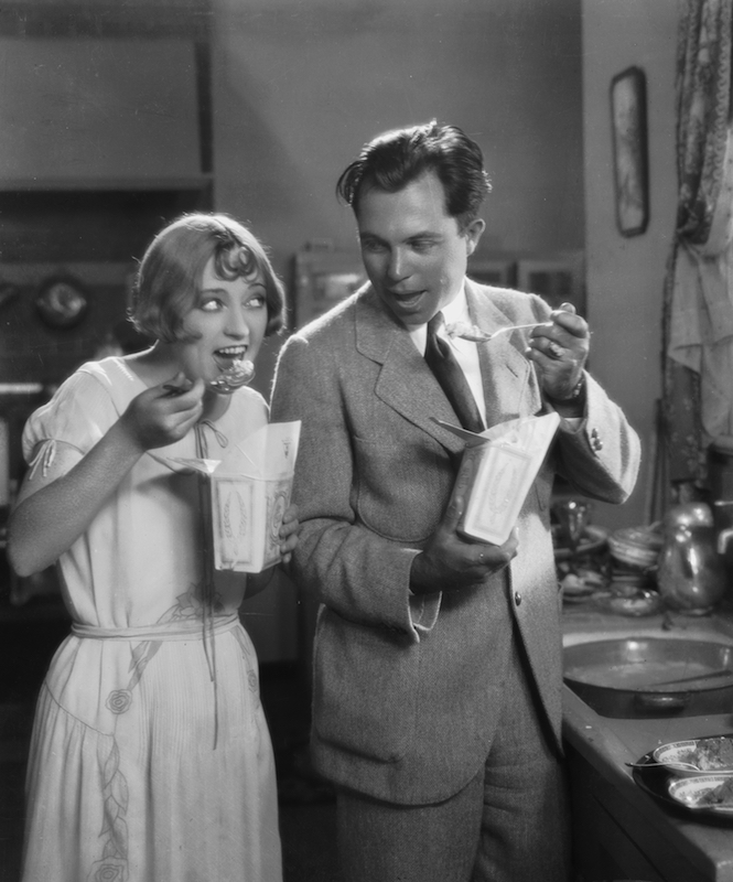 Director King Vidor (1894 - 1982) and actress Marion Davies (1897 - 1961) tuck into a takeaway meal during the filming of 'The Patsy' (aka 'The Politic Flapper') on Oct. 6, 1927