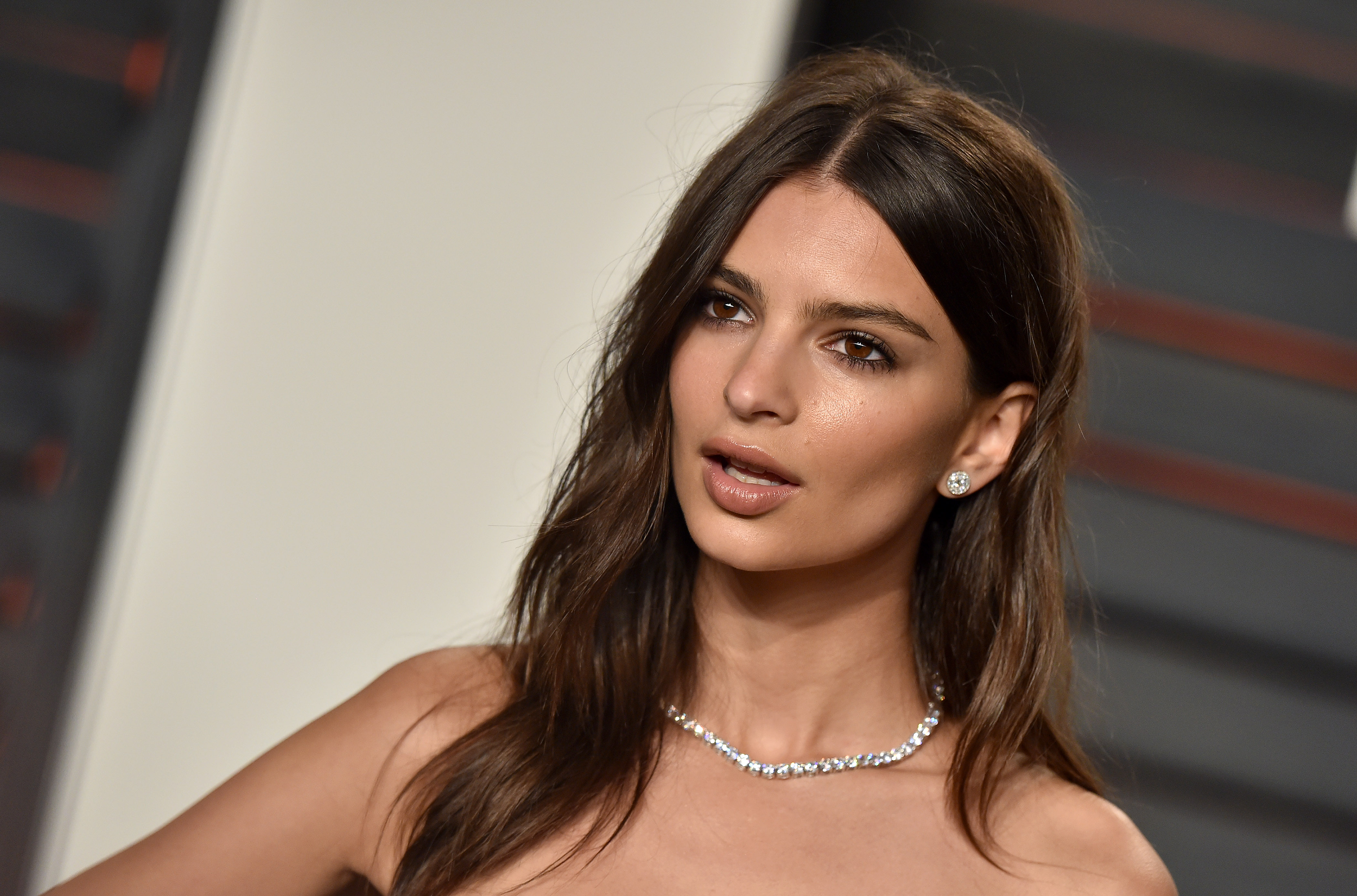 Model Emily Ratajkowski arrives at the 2016 Vanity Fair Oscar Party Hosted By Graydon Carter at Wallis Annenberg Center for the Performing Arts on February 28, 2016 in Beverly Hills, California.