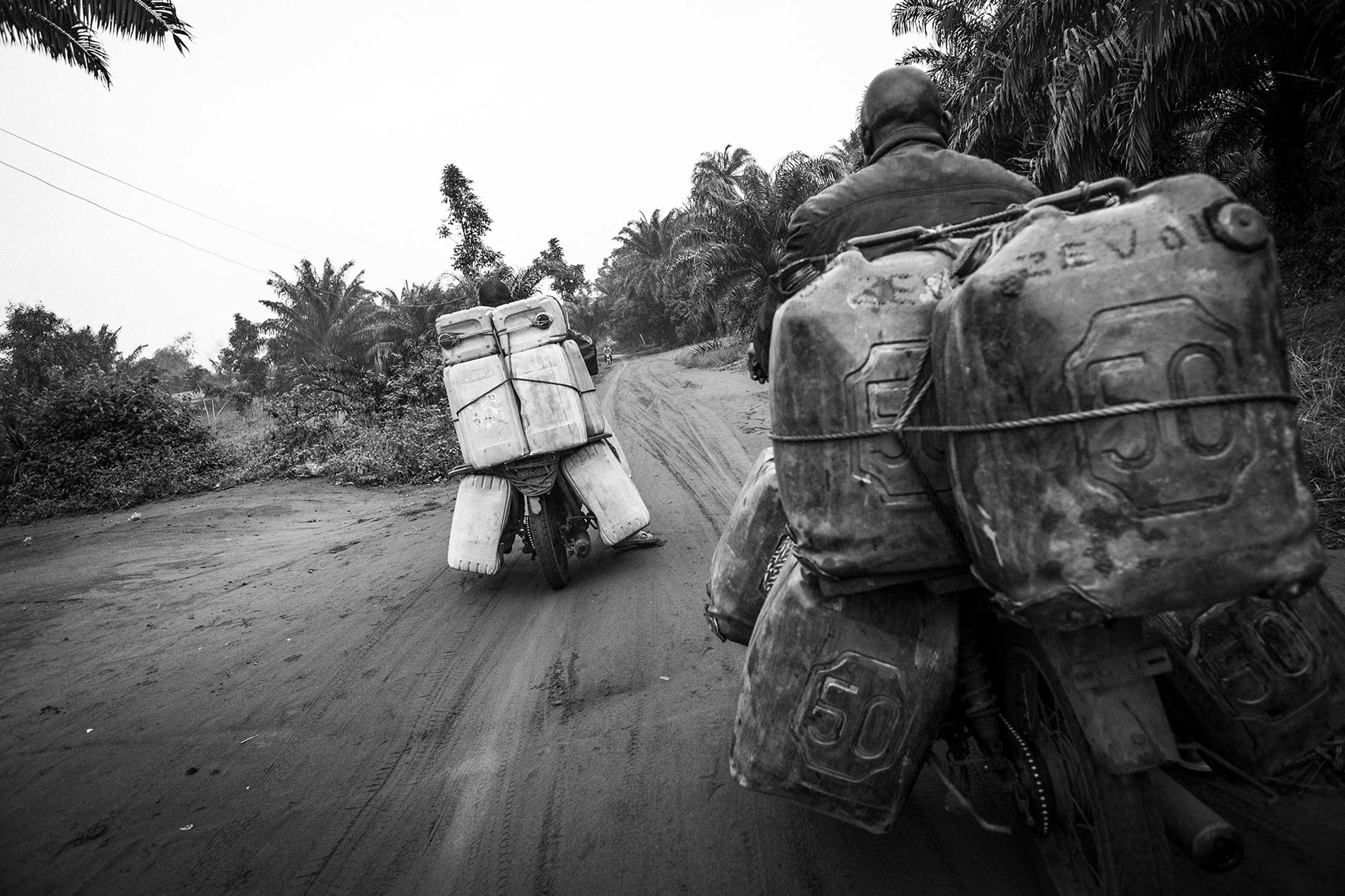 The mission of these kamikazes is to drive the vehicles from the sinuous paths in the jungle to the paved roads where they will sell the petrol they transport.