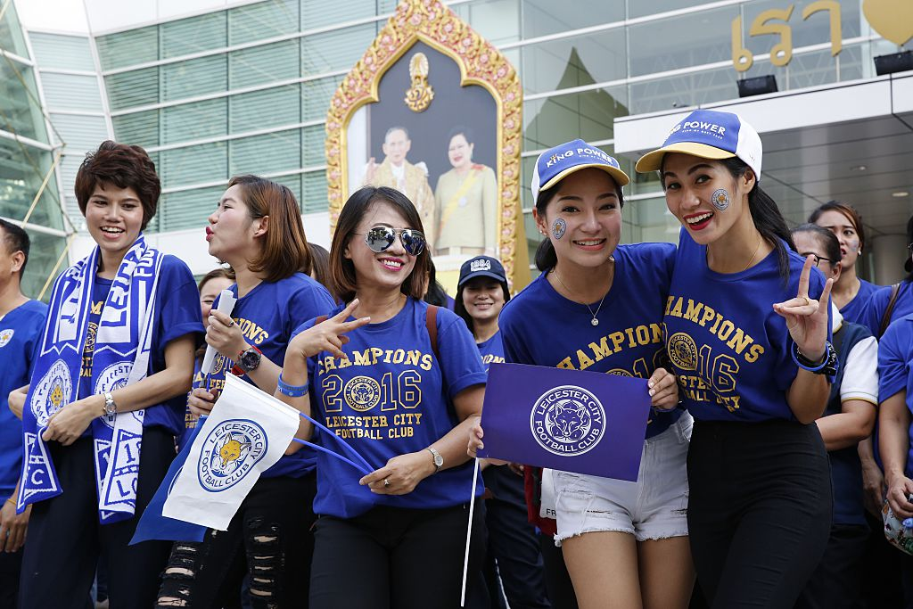 BANGKOK, THAILAND - MAY 19: Fans wait for Leicester City players as the Leicester City team take part in an open-top bus parade through Bangkok to celebrate winning the Barclays Premier League title in Bangkok, Thailand on May 19, 2016.  (Photo by Vinai Dithajohn /Anadolu Agency/Getty Images)