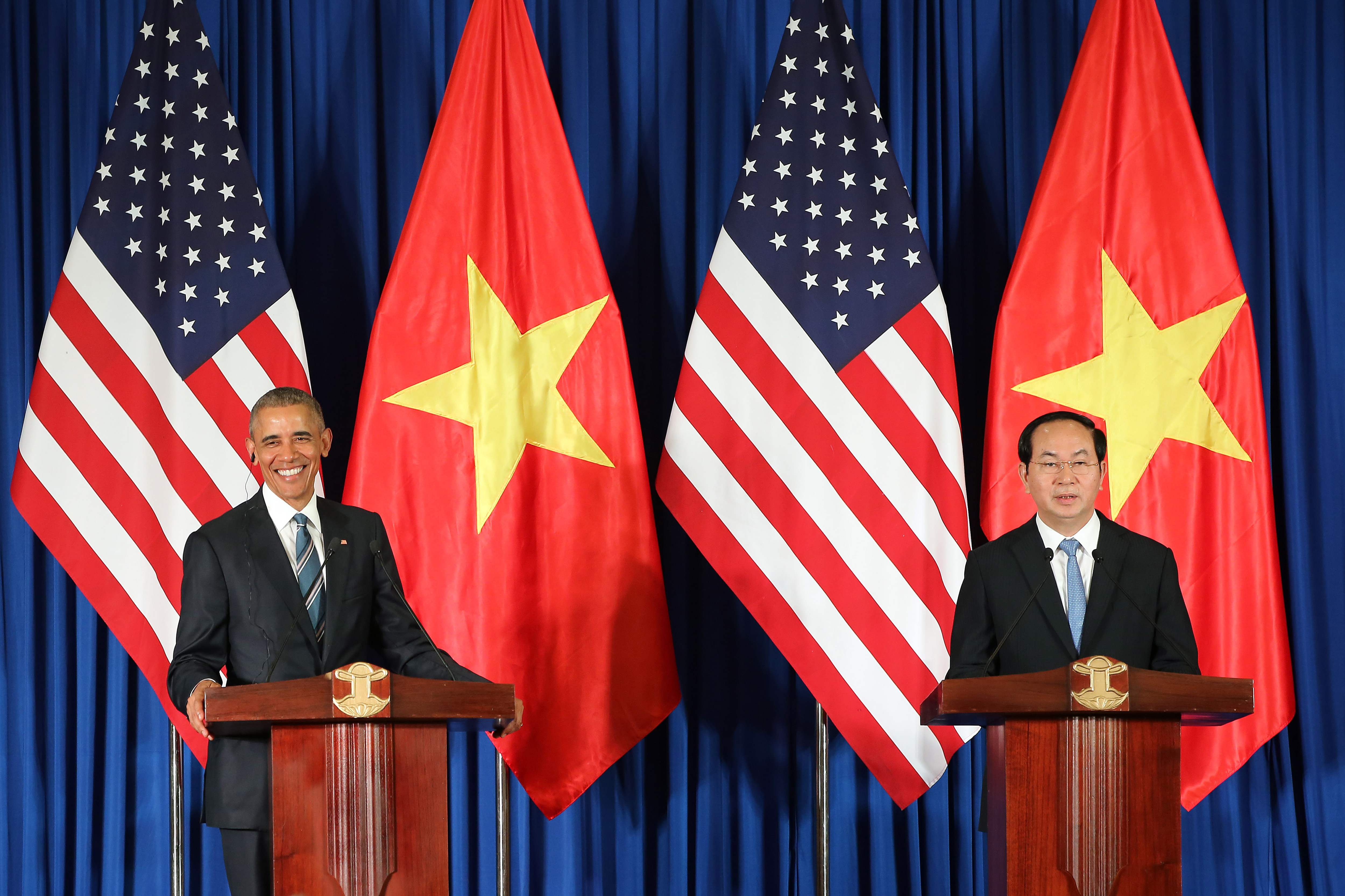 Vietnam's President Tran Dai Quang, right, and US President Barack Obama attend a press conference in Hanoi, Vietnam, May 23, 2016.