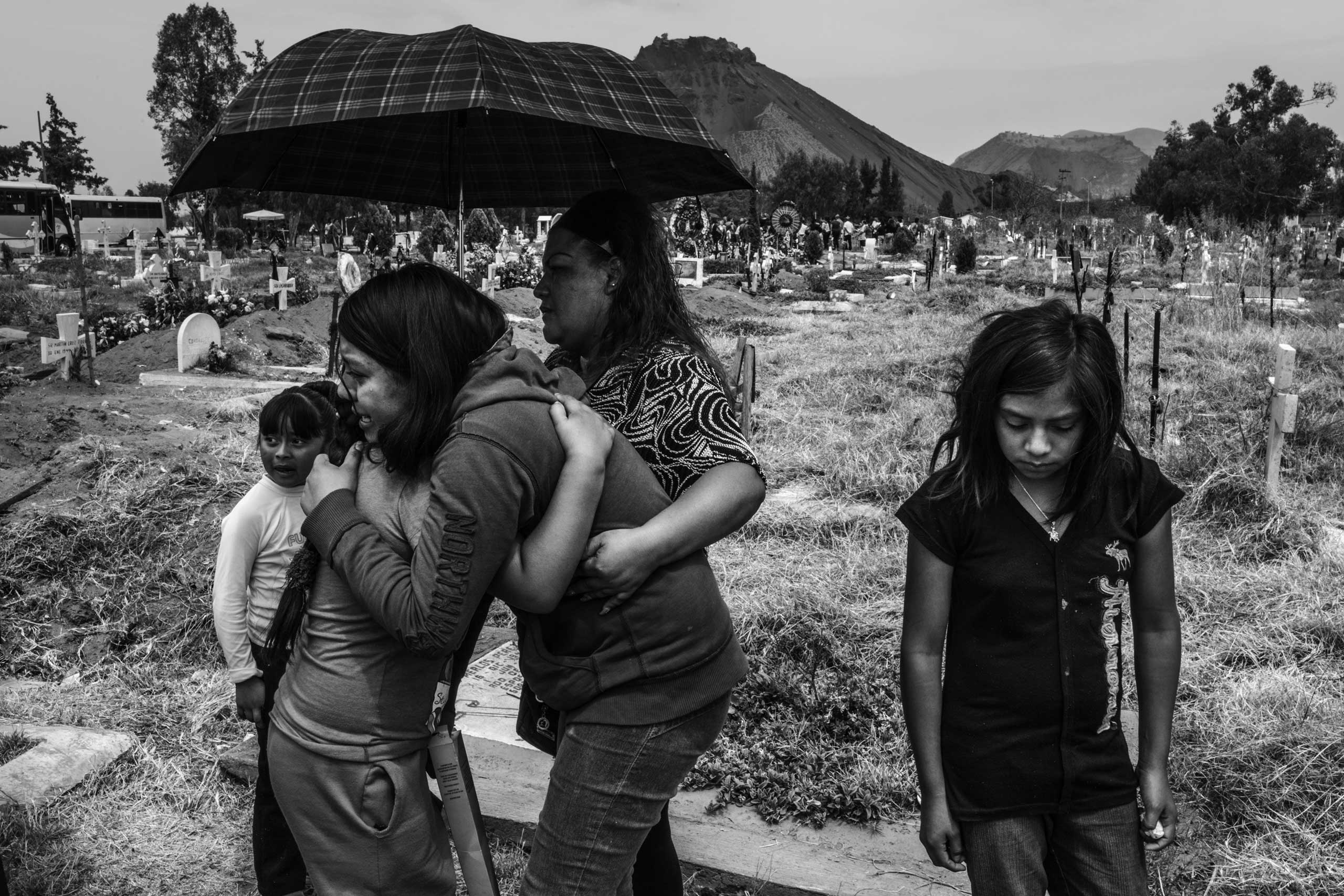 Family members mourn a 42-year-old mother who passed away due to a pulmonary disease. San Lorenzo Tezonco cemetery, Iztapalapa, Mexico City. March 17, 2016.