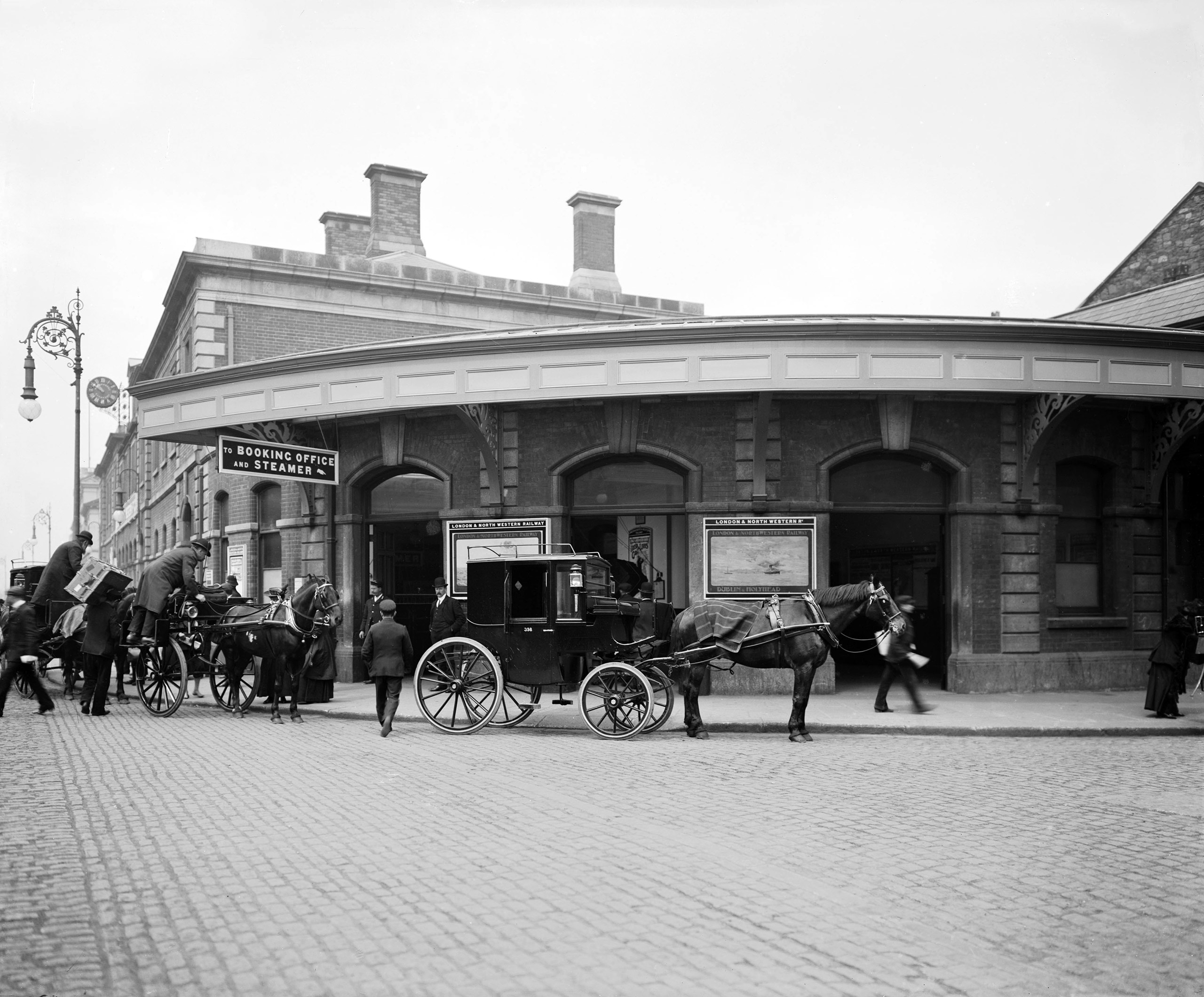 Carriages outside North Wall station, Dublin, circa 1906.