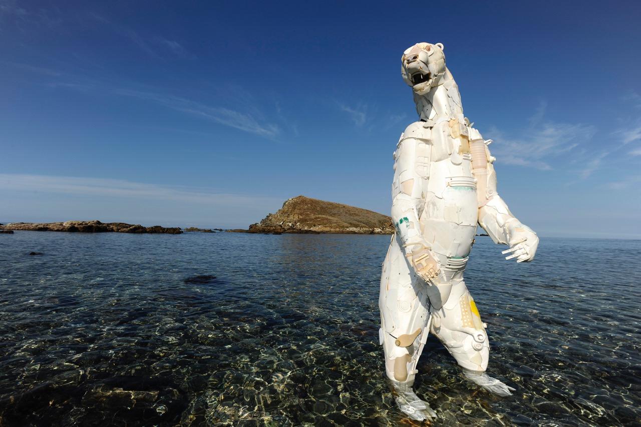 Gilles Cenazandotti—Plastic Beach, Orso, 53 x 80 cm., 2012