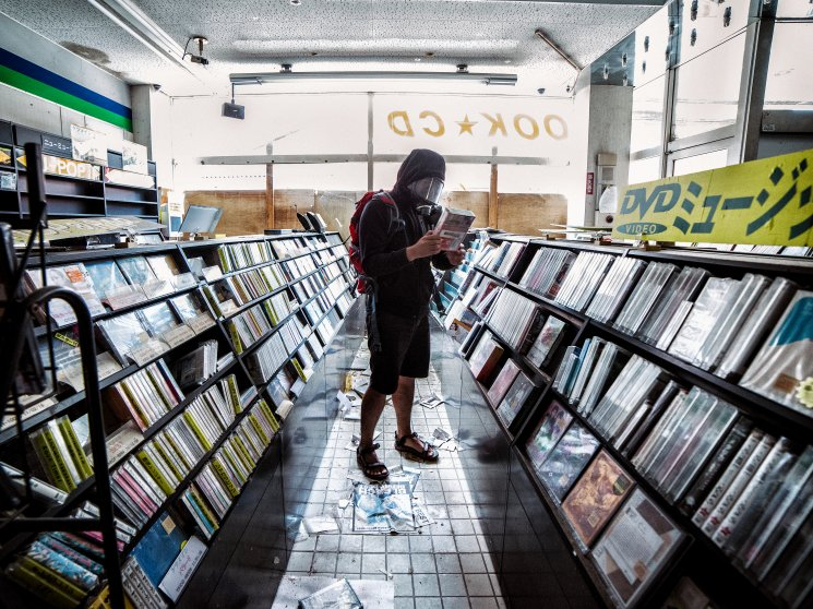 Keow Wee Loong browses CDs at a shop.