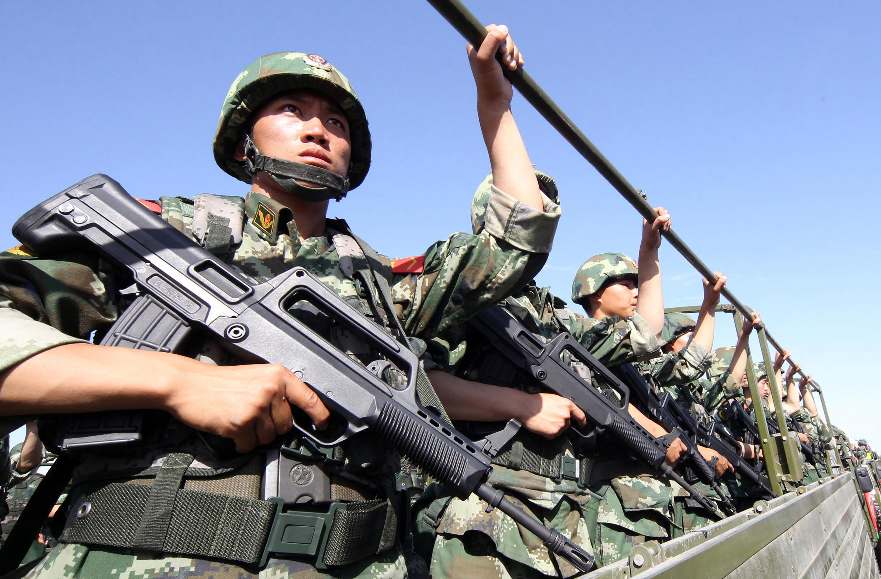 An antiterrorism force including public-security police and the armed police attend an antiterrorism joint exercise in Hami, northwest China's Xinjiang region, on July 2, 2013