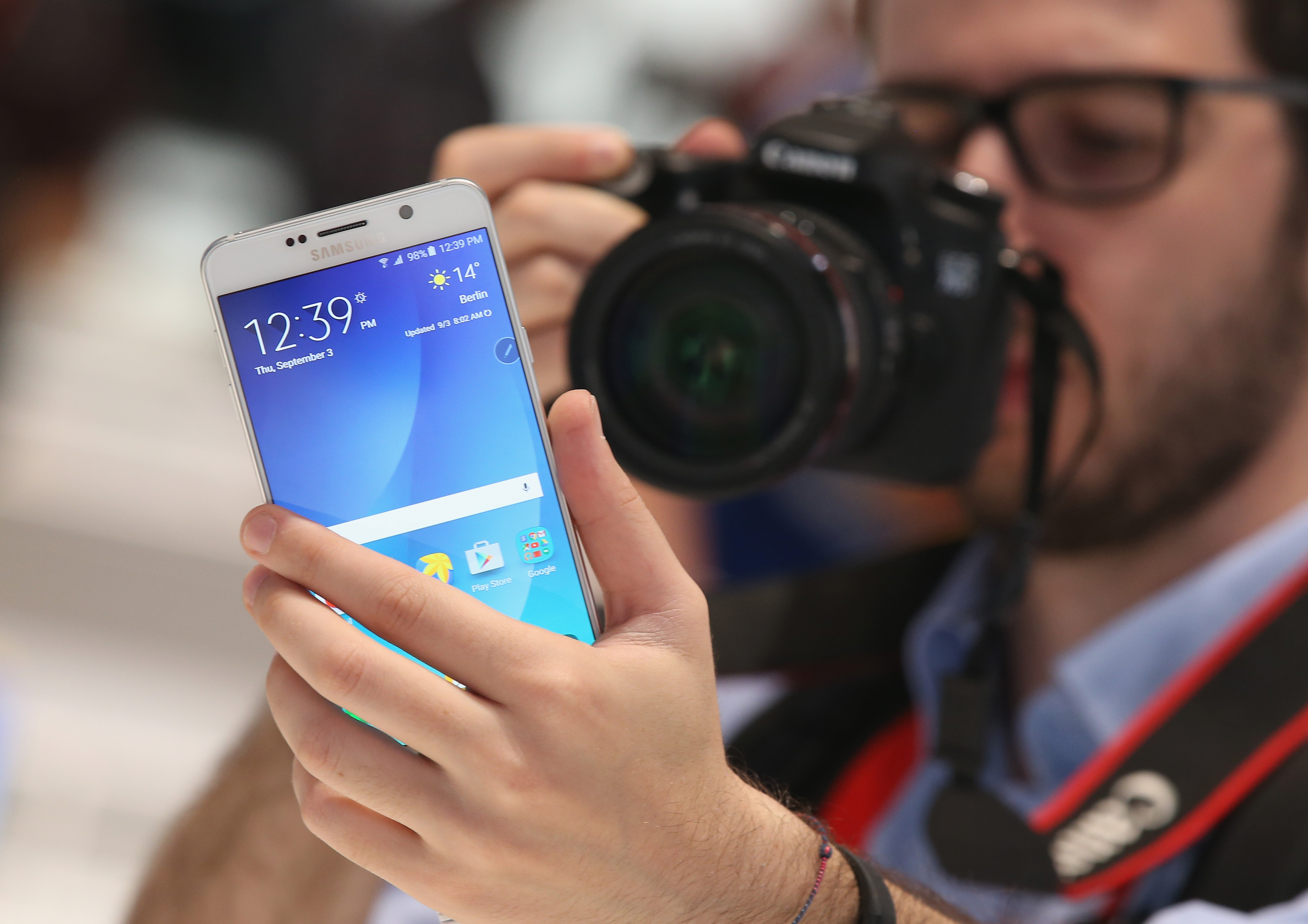 A visitor looks at a Galaxy Note 5 smartphone at the Samsung stand during a press day at the 2015 IFA consumer electronics and appliances trade fair on September 3, 2015 in Berlin, Germany.