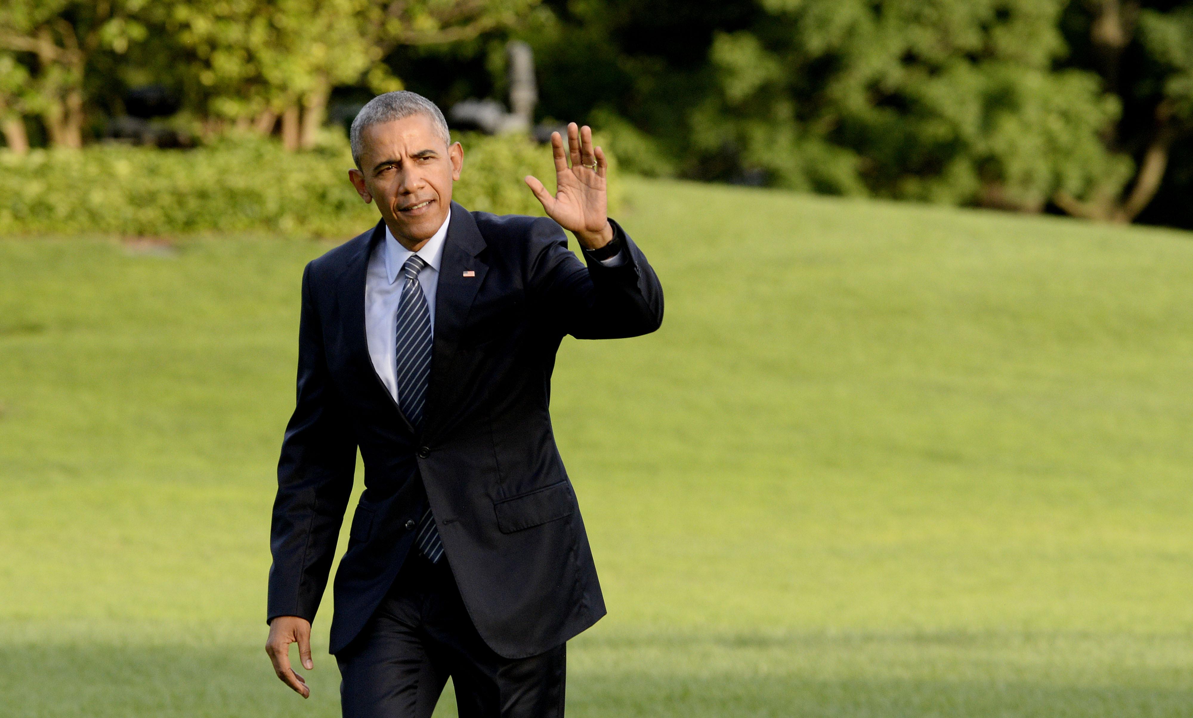 U.S. President Barack Obama waves upon returning to the White House July 5, 2016 in Washington, DC.