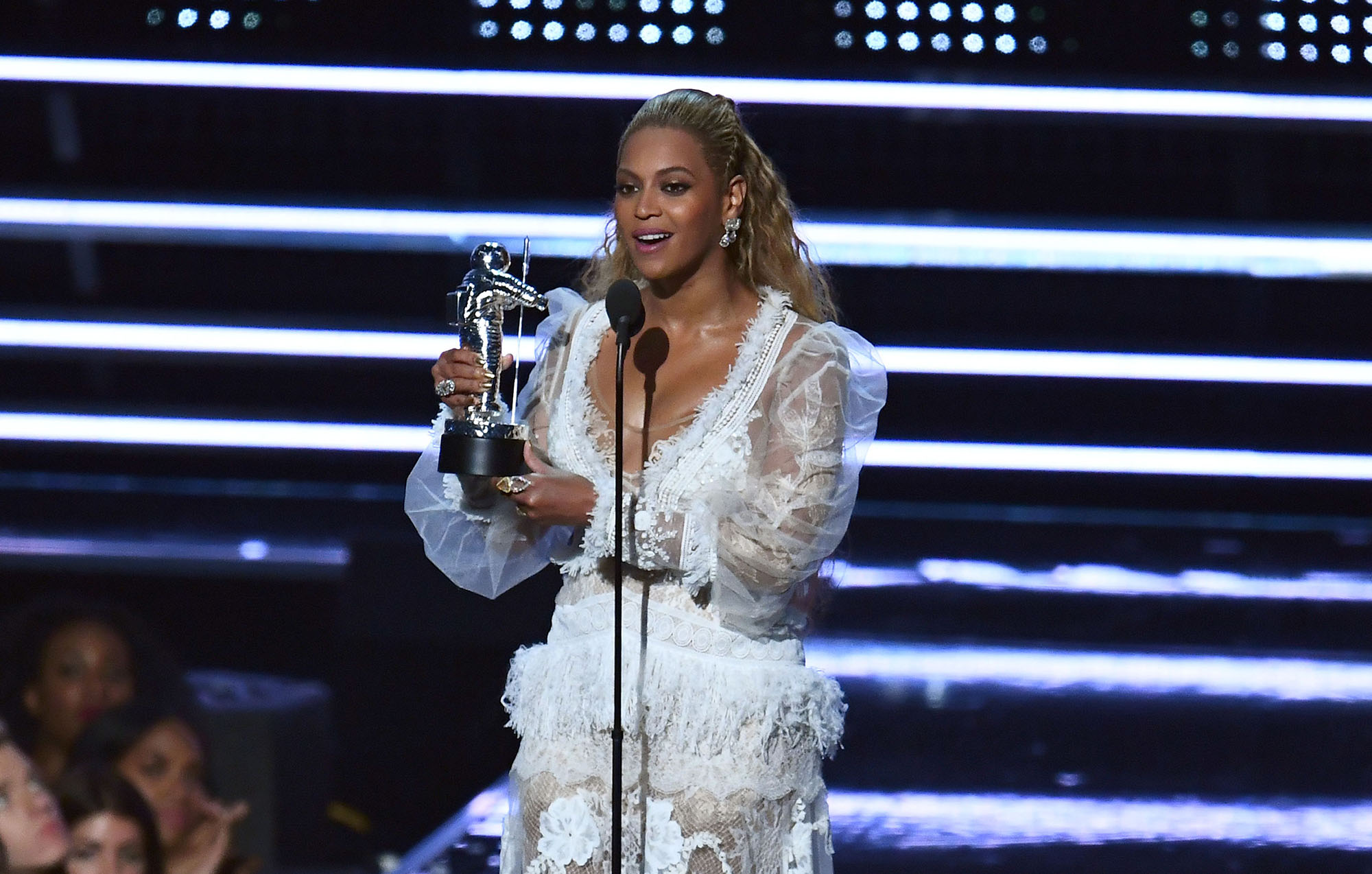 Beyonce accepts an award on stage during the 2016 MTV Video Music Award at the Madison Square Garden in New York on August 28, 2016. / AFP / Jewel SAMAD        (Photo credit should read JEWEL SAMAD/AFP/Getty Images)