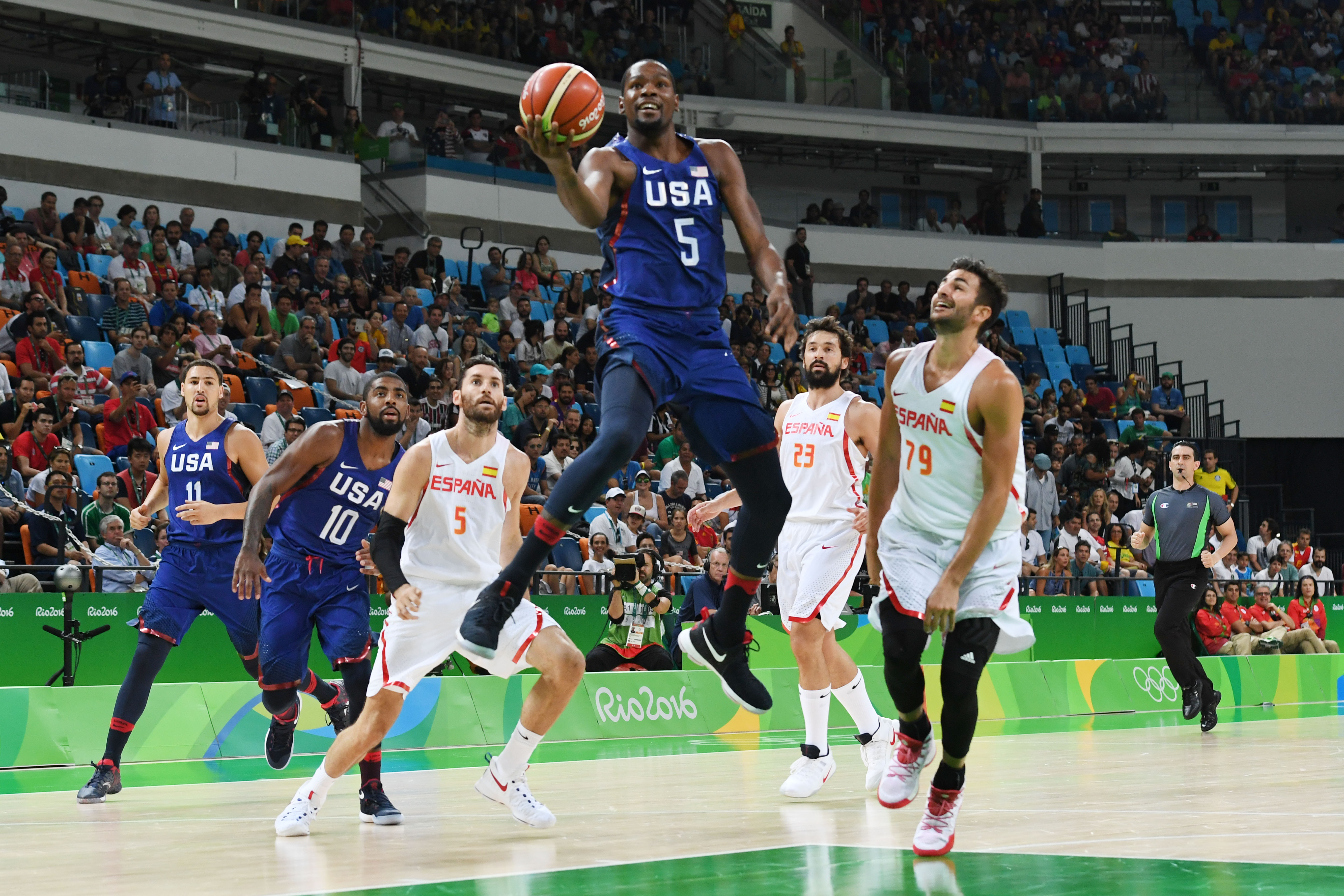 USA's guard Kevin Durant (C) jumps for a basket during a Men's semifinal basketball match between Spain and USA at the Carioca Arena 1 in Rio de Janeiro on August 19, 2016 during the Rio 2016 Olympic Games.