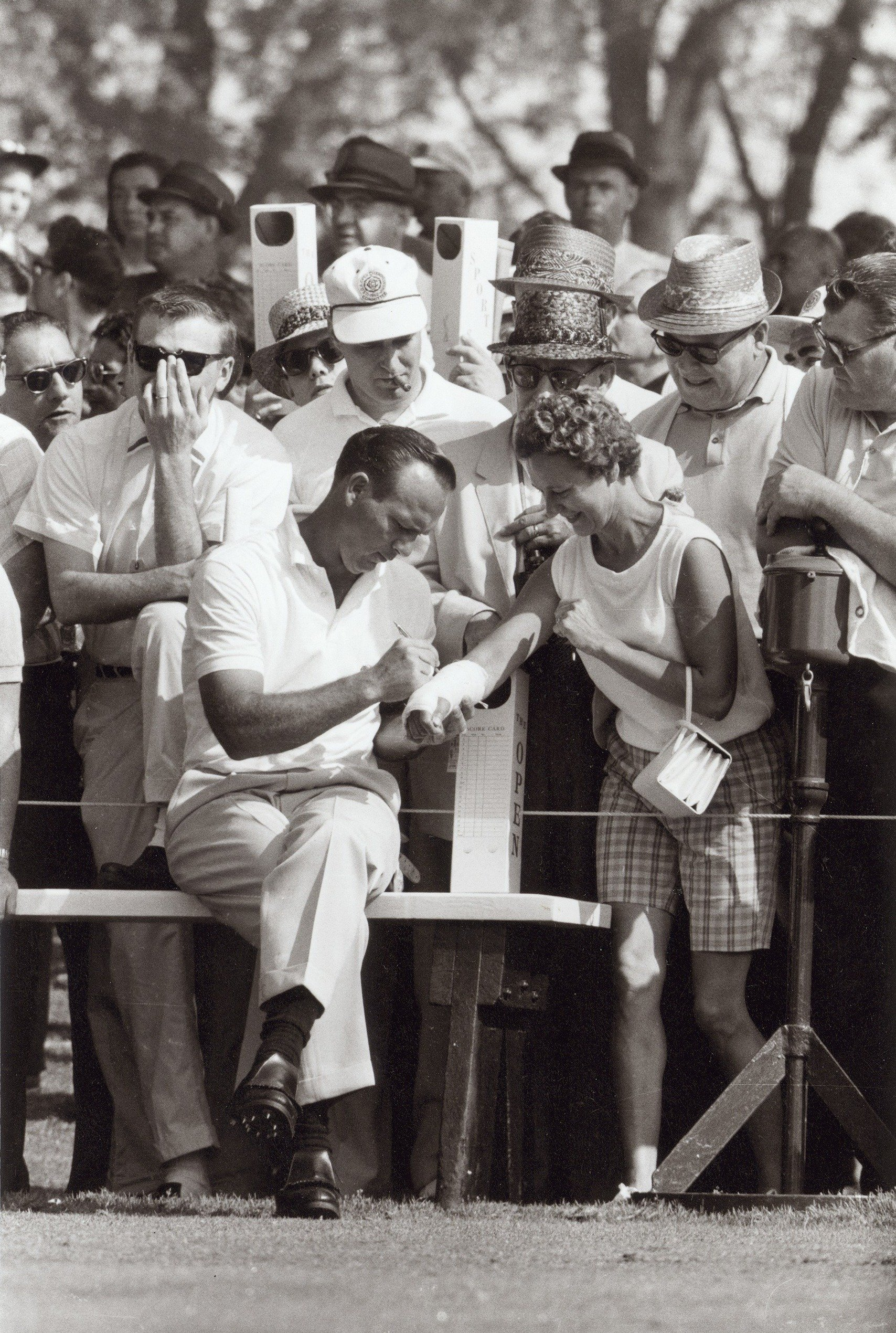 Arnold Palmer signs autographs in Oakmont, Pa. in 1962.