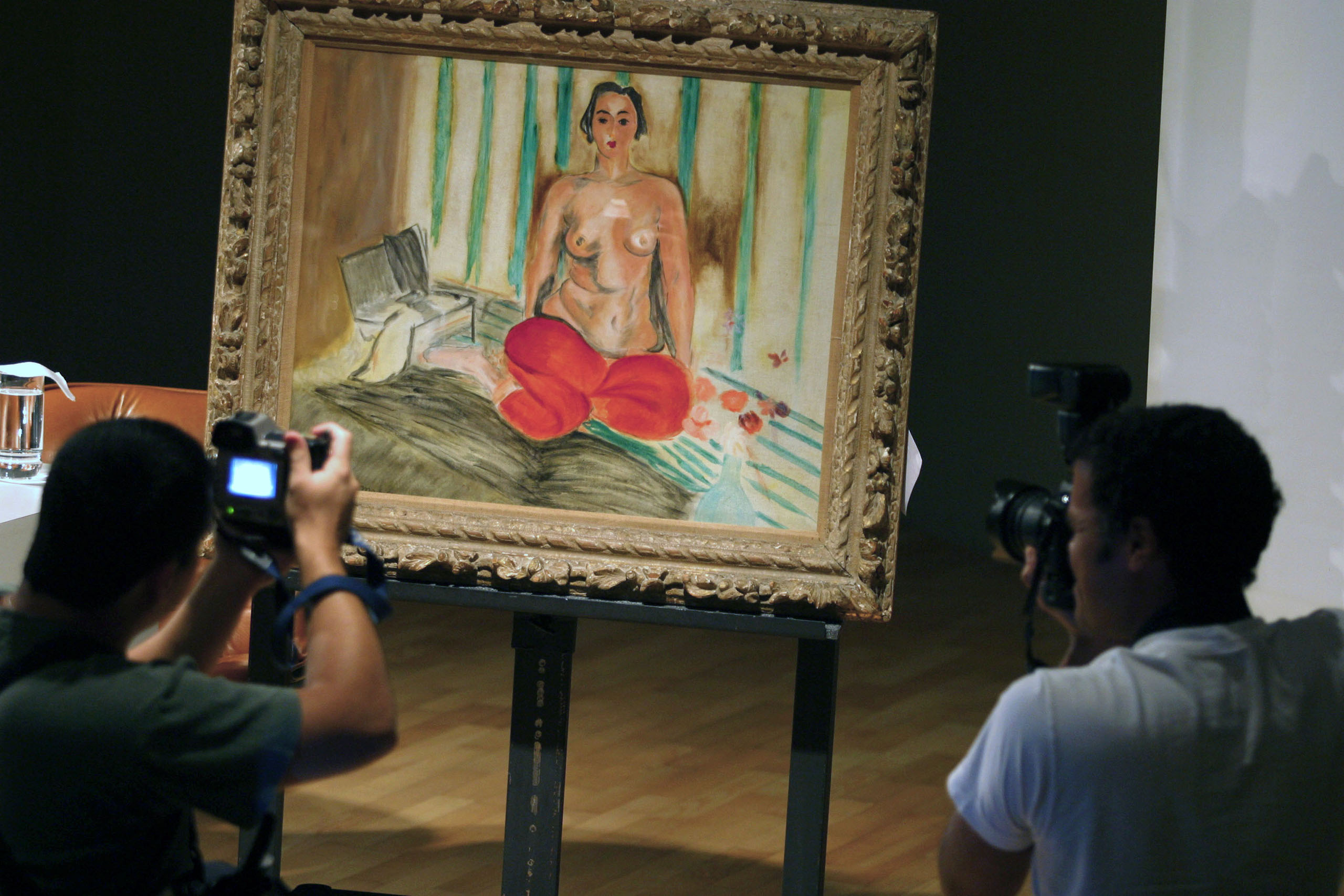Photographers take pictures of the painting  Odalisque in Red Pants  by French painter Henri Matisse at the Museo de Arte Contemporaneo de Caracas Sofia Imber (MACCSI) in Caracas on Jan. 30, 2003.