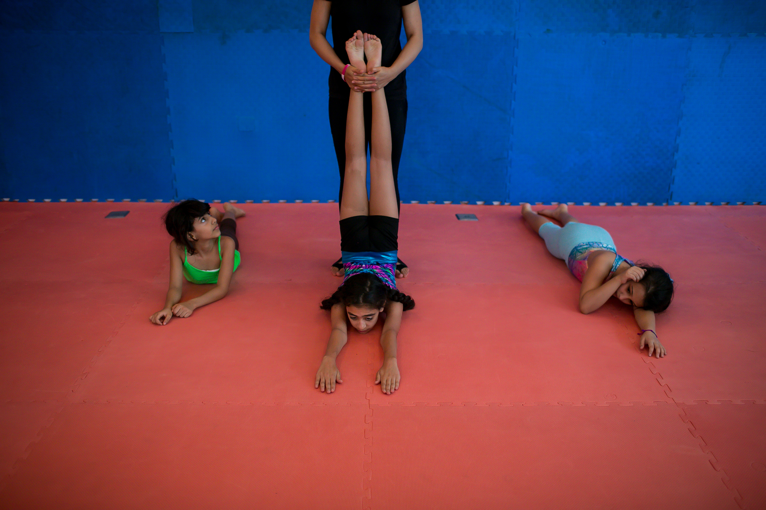 Mai's daughter, who aspires to be an actress and acrobat, attends a gym for young girls in Jeddah.