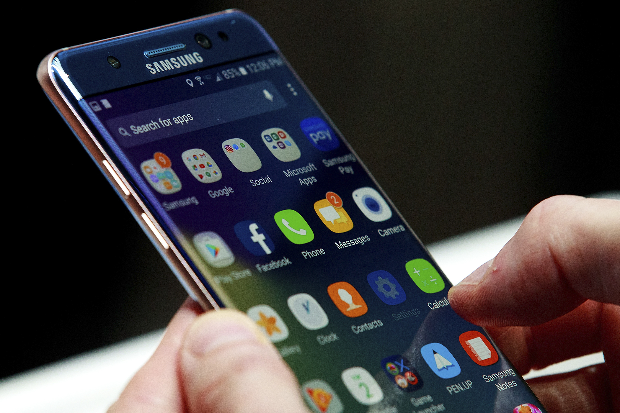 A man holds a Samsung Galaxy Note 7 during a launch event at the Hammerstein Ballroom, August 2, 2016 in New York City.