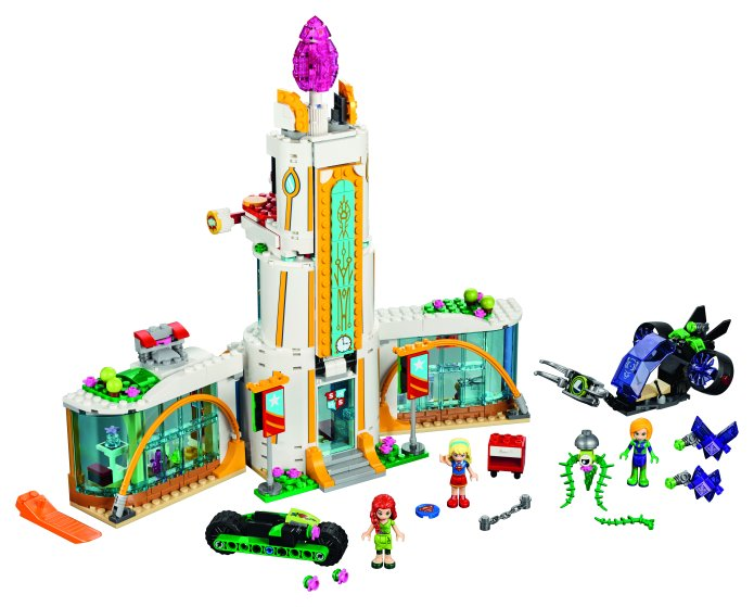 Join in the action-packed LEGO® DC Super Hero Girls™ world as Supergirl™ and Poison Ivy™ battle Lena Luthor™. This great set features three mini-doll figures, a three-level school building with swiveling classrooms, café, extending ramp, chain and disc shooters, Poison Ivy's motorbike and Lena's jet with rotating thrusters and a gripping claw at the front, plus two hypnotized purple Kryptomites.