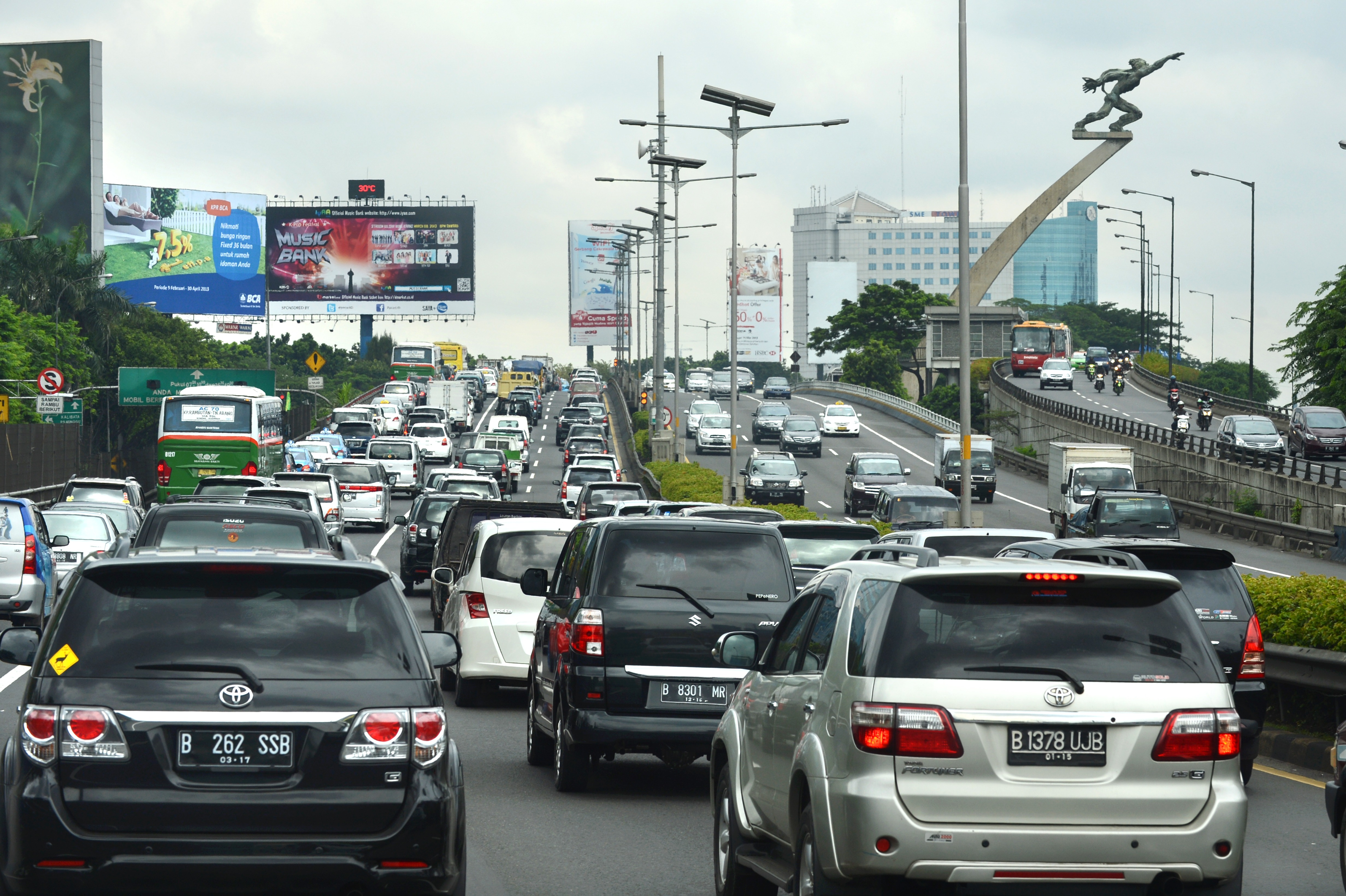This photo taken on March 4, 2013 shows Japanese-made vehicles dominating the streets in the Indonesian capital Jakarta.  Indonesians are buying new motors in big numbers, with 288 new cars hitting Jakarta's roads every day, worsening its already crippling traffic and polluted air.     AFP PHOTO / ROMEO GACAD        (Photo credit should read ROMEO GACAD/AFP/Getty Images)
