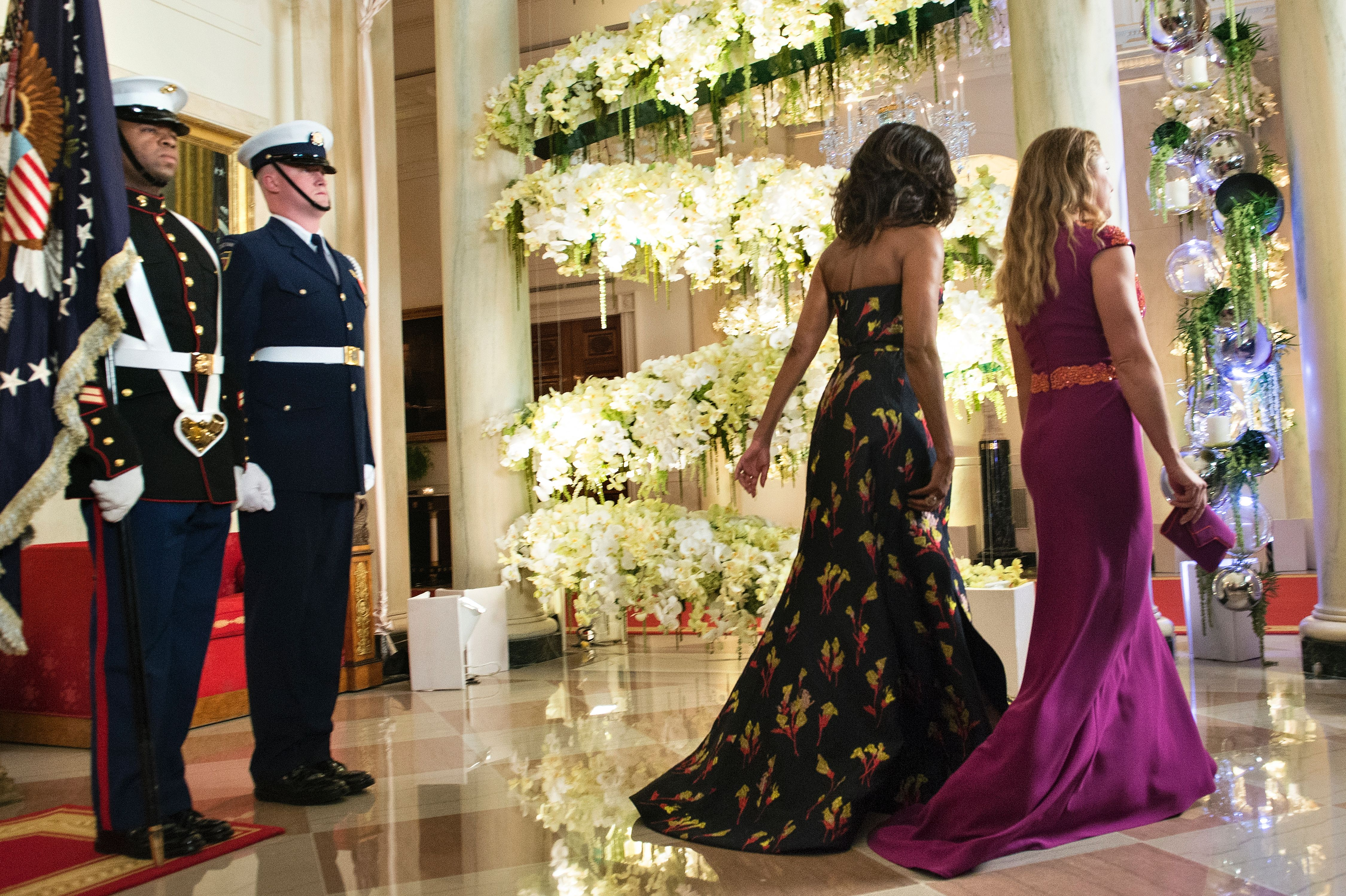 Michelle Obama (2nd R) and Sophie Gregoire-Trudeau walk to a state dinner at the White House in Washington, D.C., on March 10, 2016.