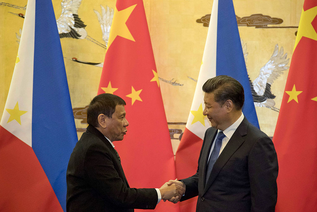 Philippines' President Rodrigo Duterte (L) and his Chinese counterpart Xi Jinping shake hands after a signing ceremony in Beijing on October 20, 2016. 